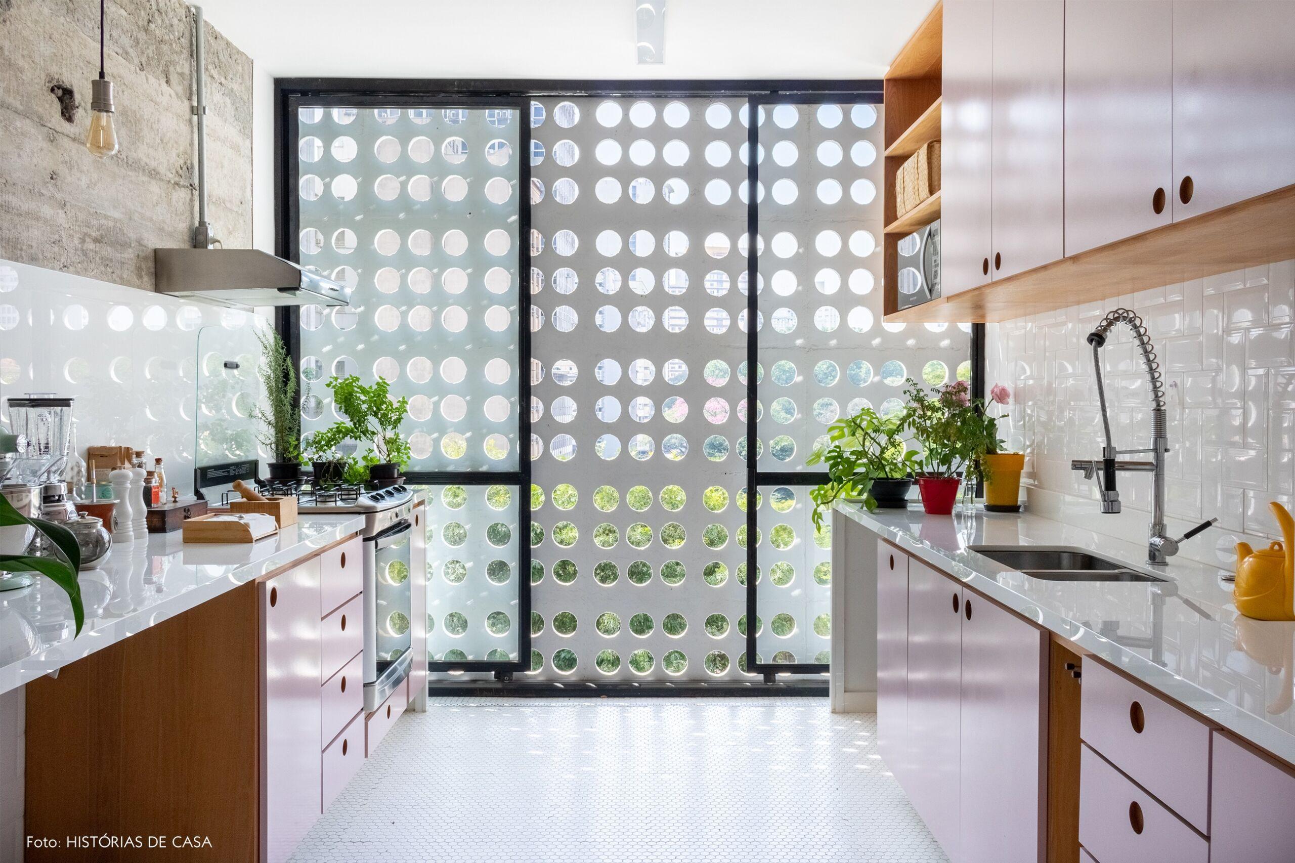 -cozinha-parede-concreto-armario-rosa-janela-grande-cobogo