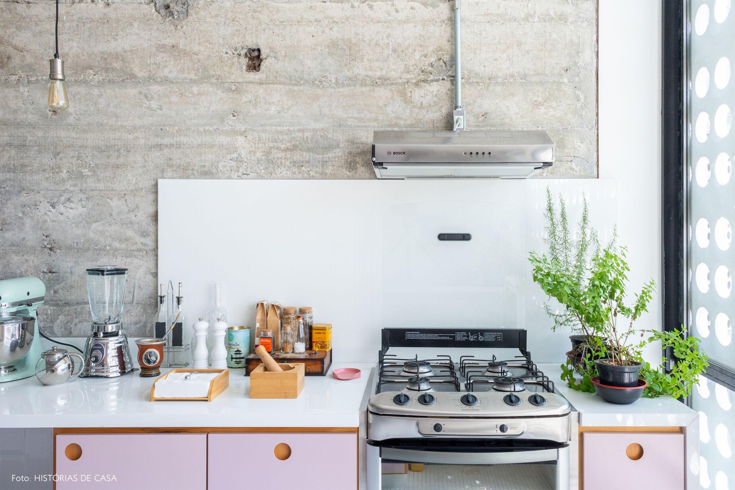 cozinha-detalhe-parede-concreto-armario-rosa