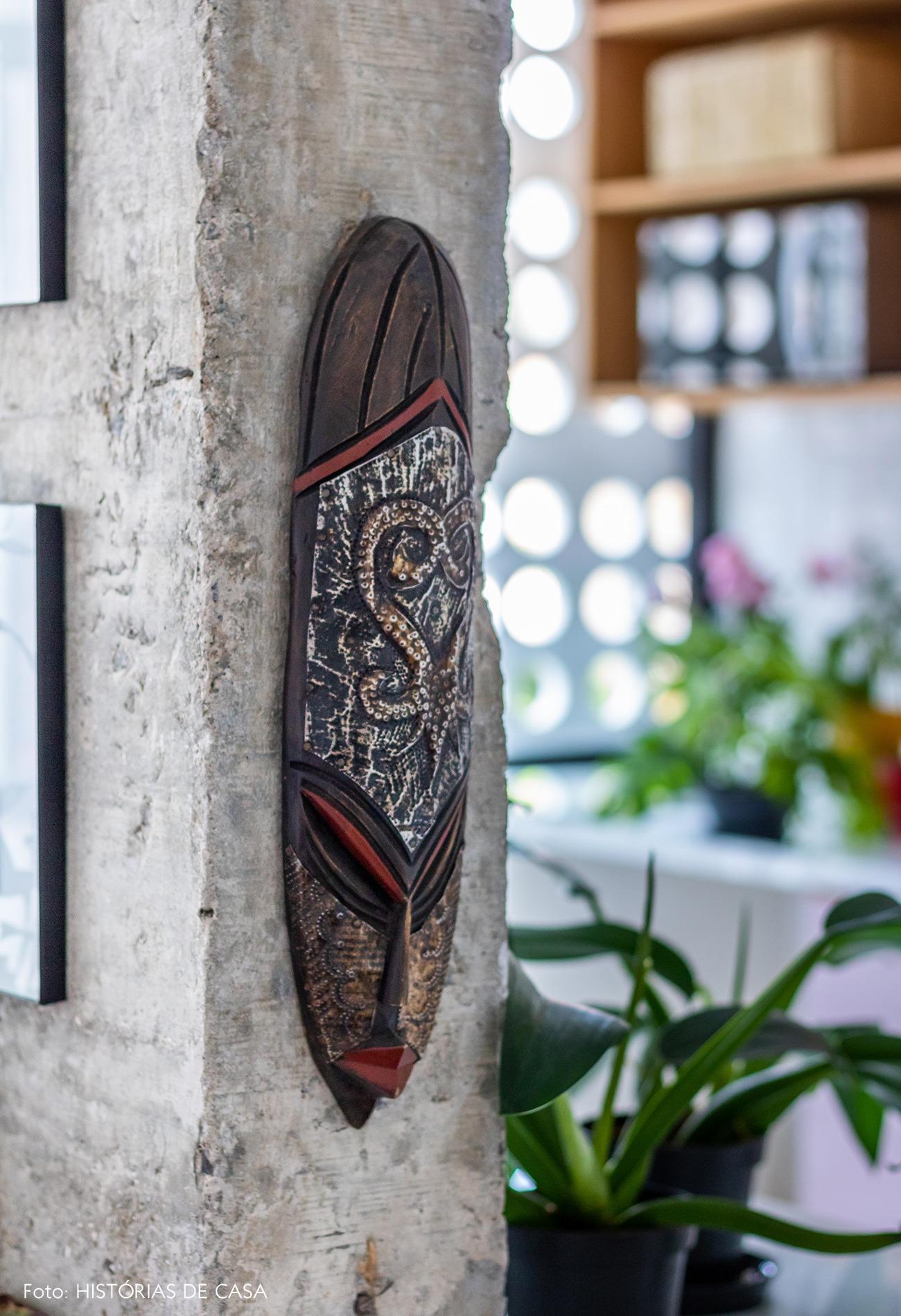 detalhe-escultura-madeira-parede-concreto