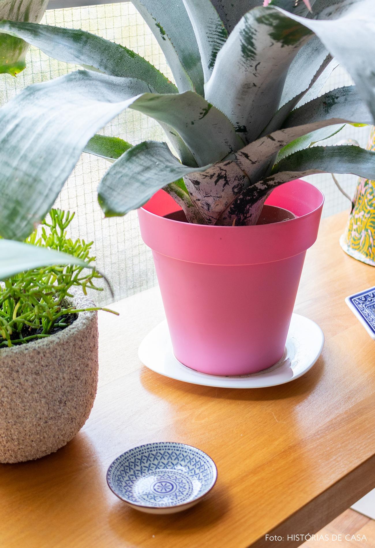 detalhe-mesa-madeira-vaso-rosa-plantas