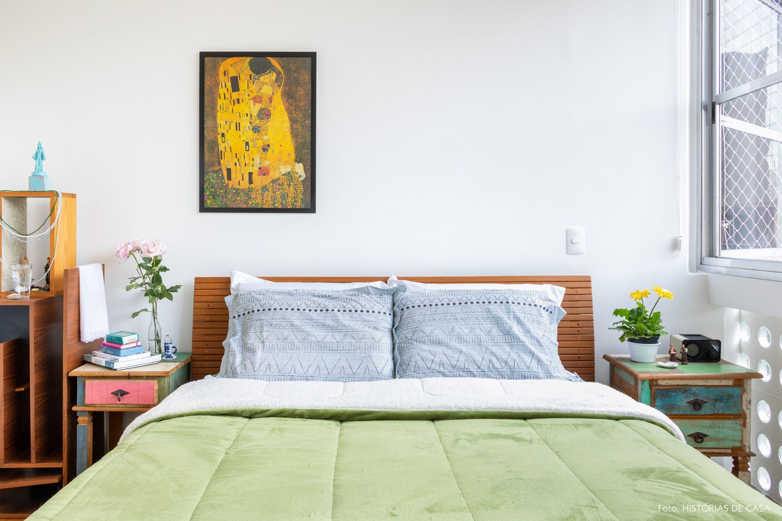 quarto-moveis-madeira-plantas-parede-branca-janela-grande