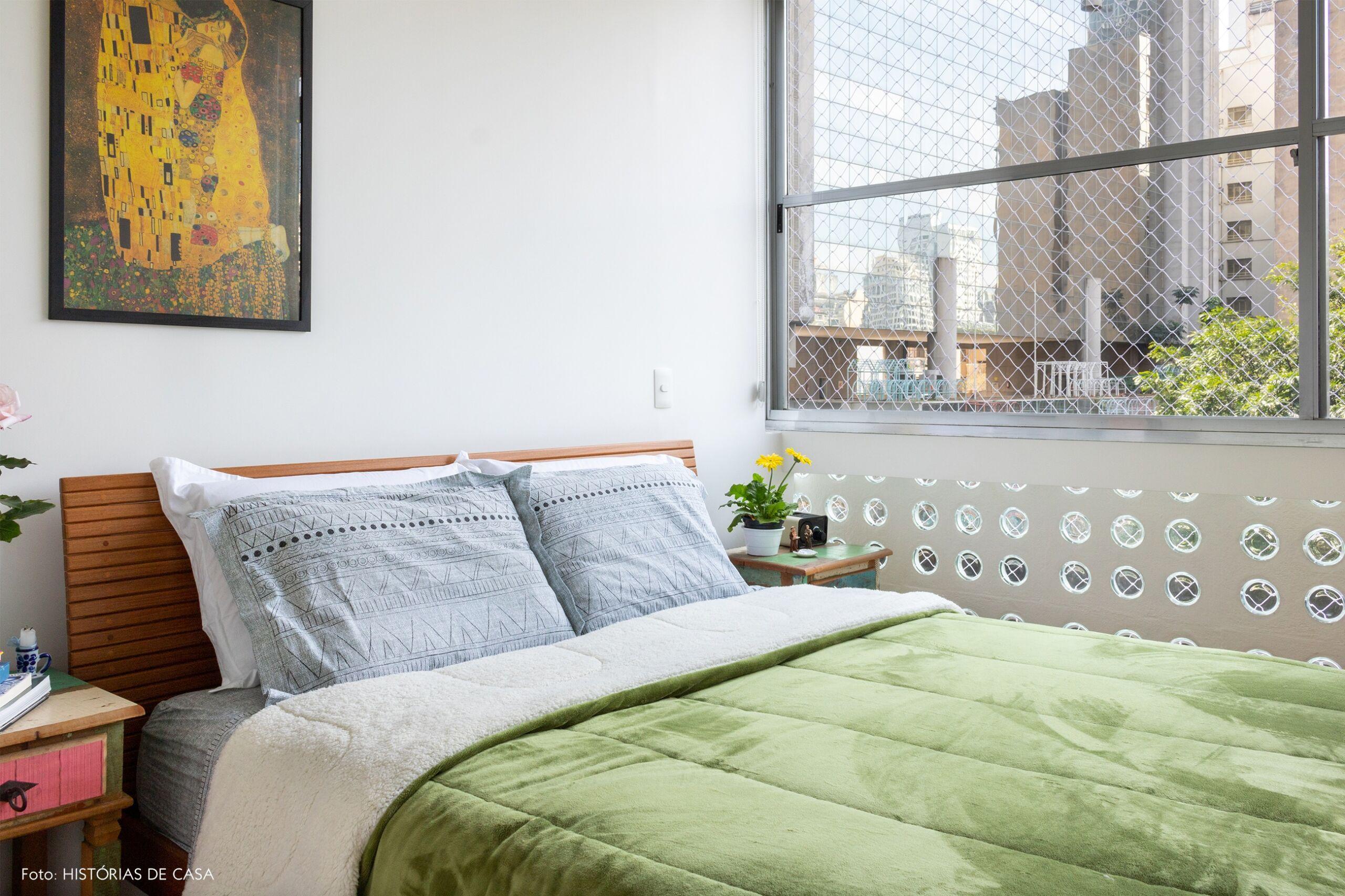 quarto-cama-mesa-lateral-madeira-quadro-klimt-janela-grande