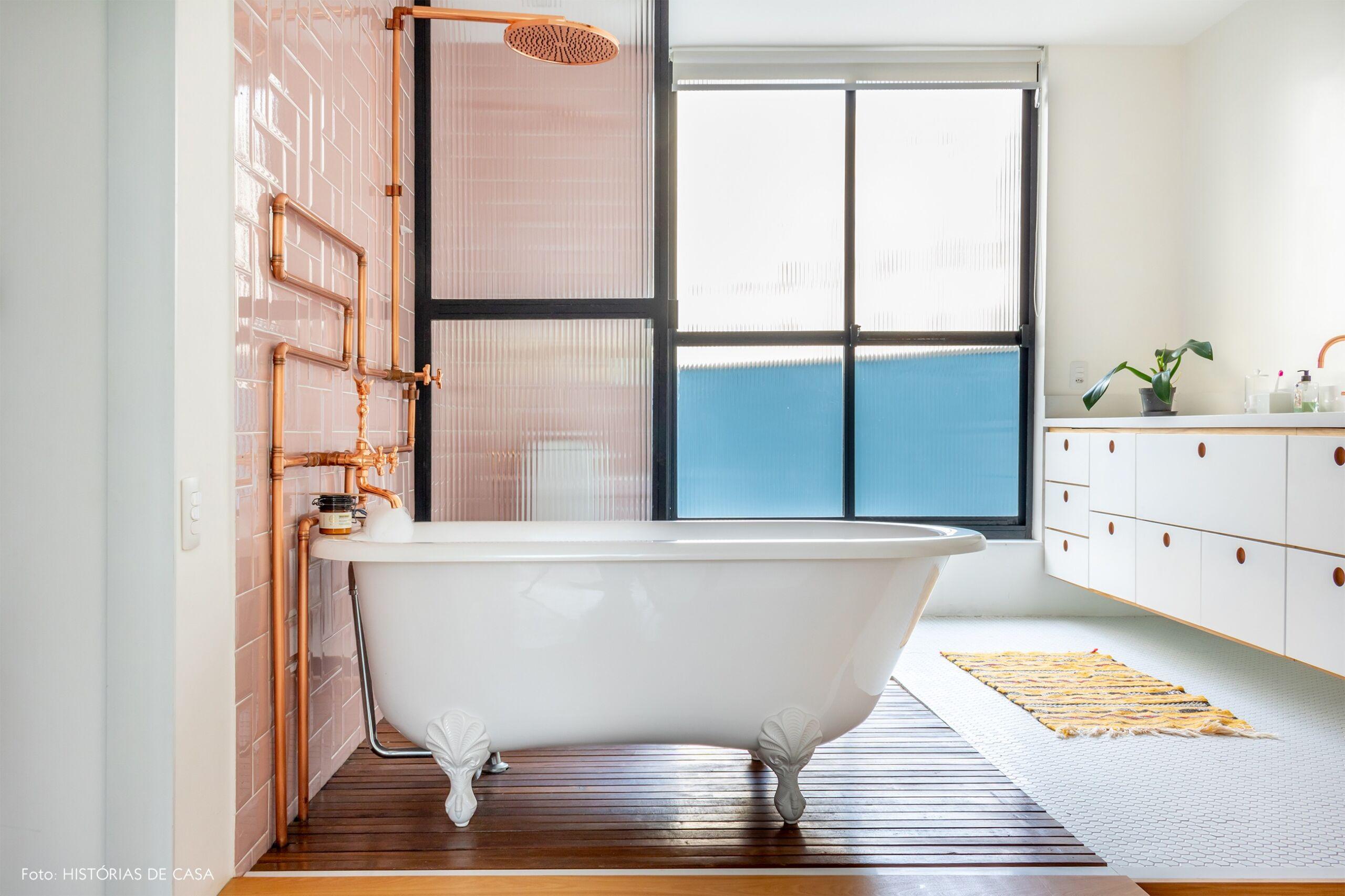 banheiro-parede-rosa-banheira-canos-cobre