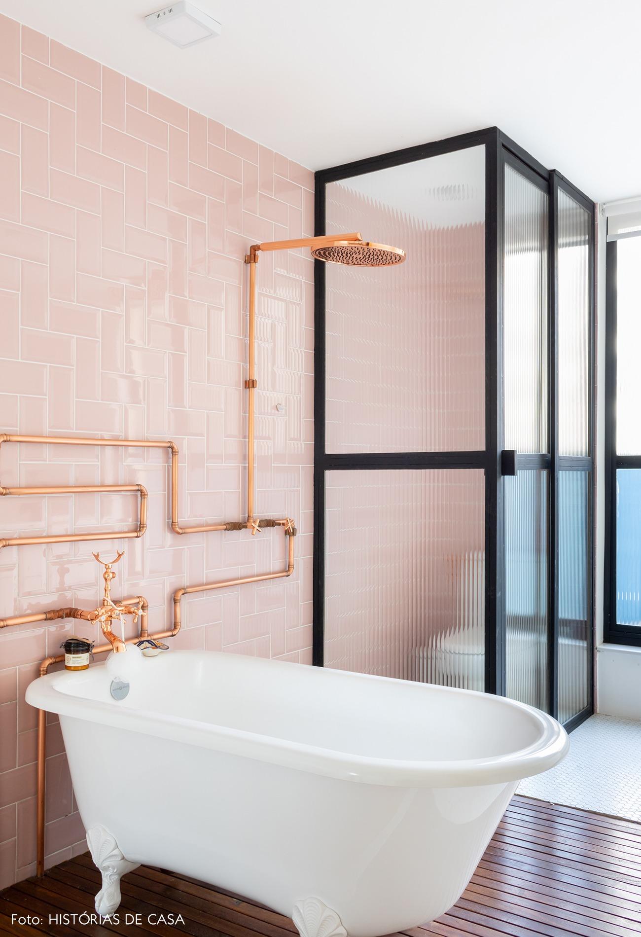 banheiro-parede-rosa-canos-cobre-banheira-branca