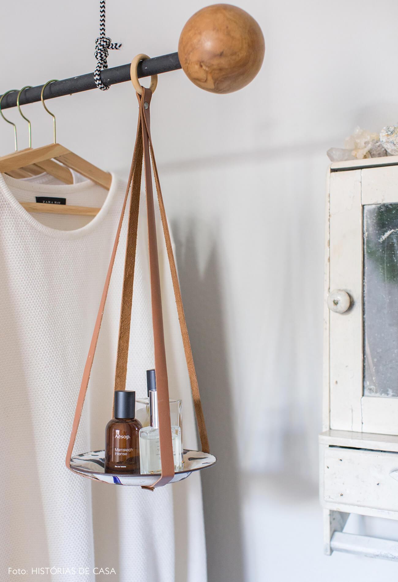 arara de roupas de madeira e espelho branco