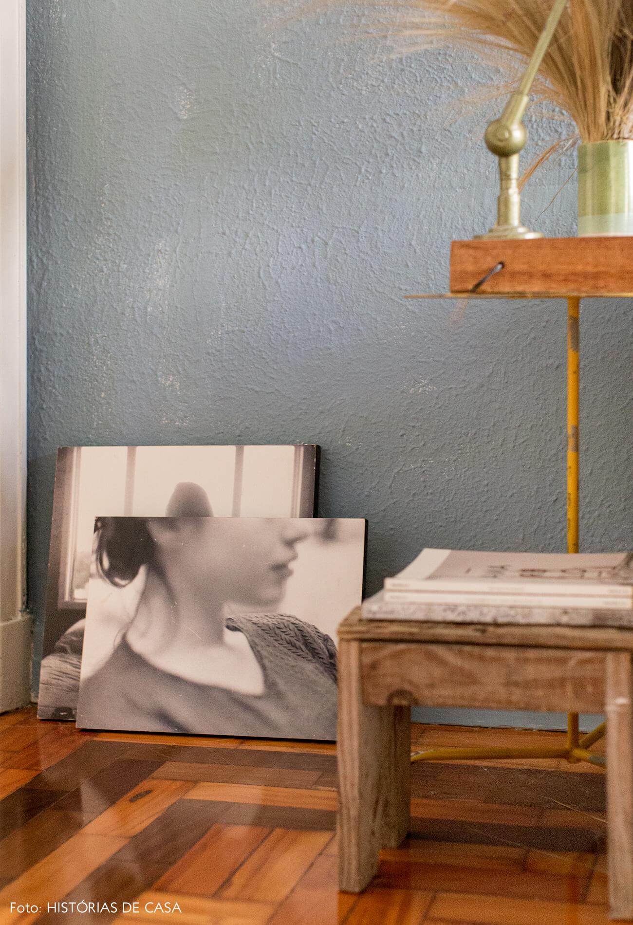 Sala com parede azul piso de madeira e mesa de madeira