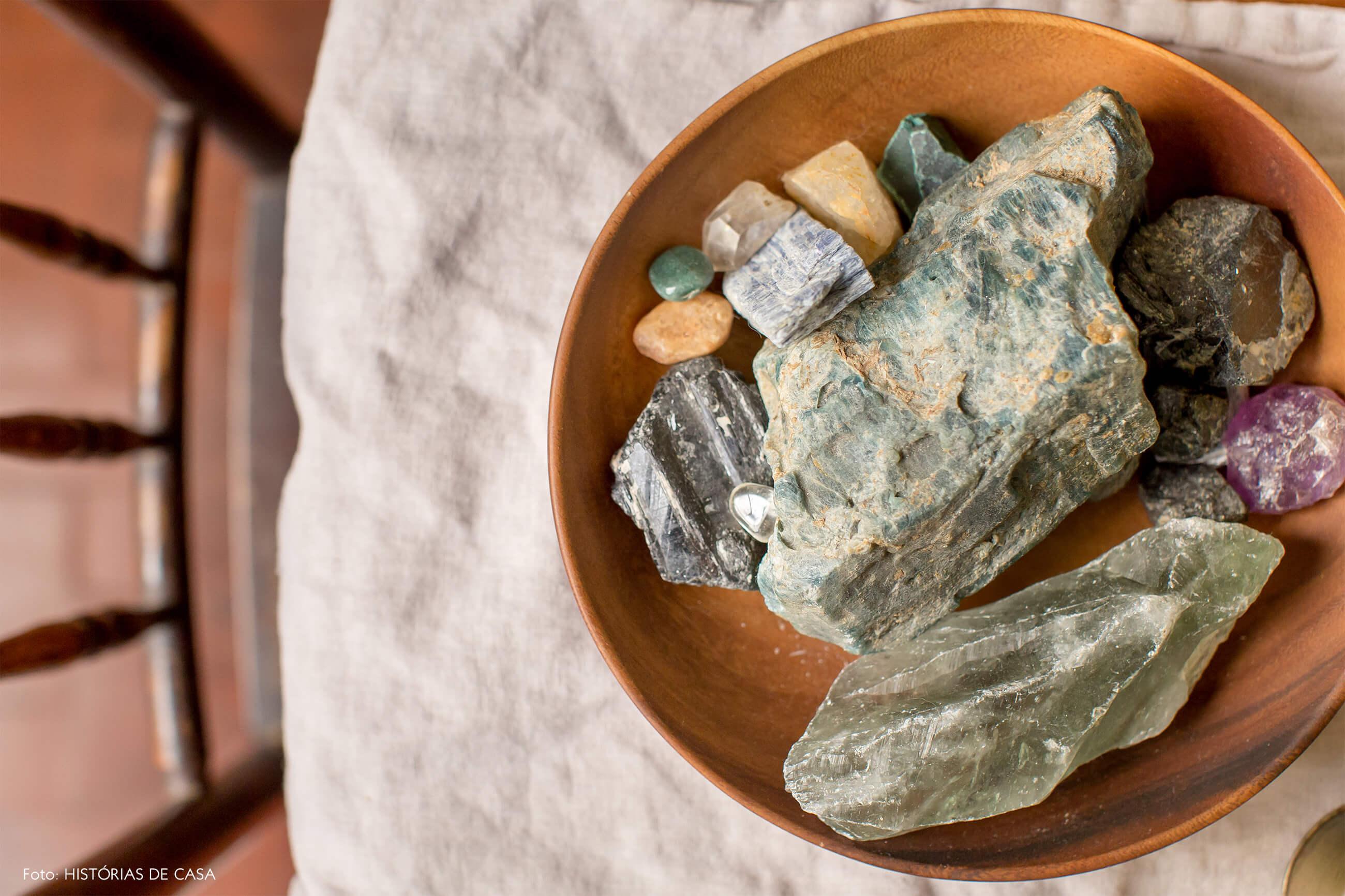 DEtalhe tigela de madeira com cristais