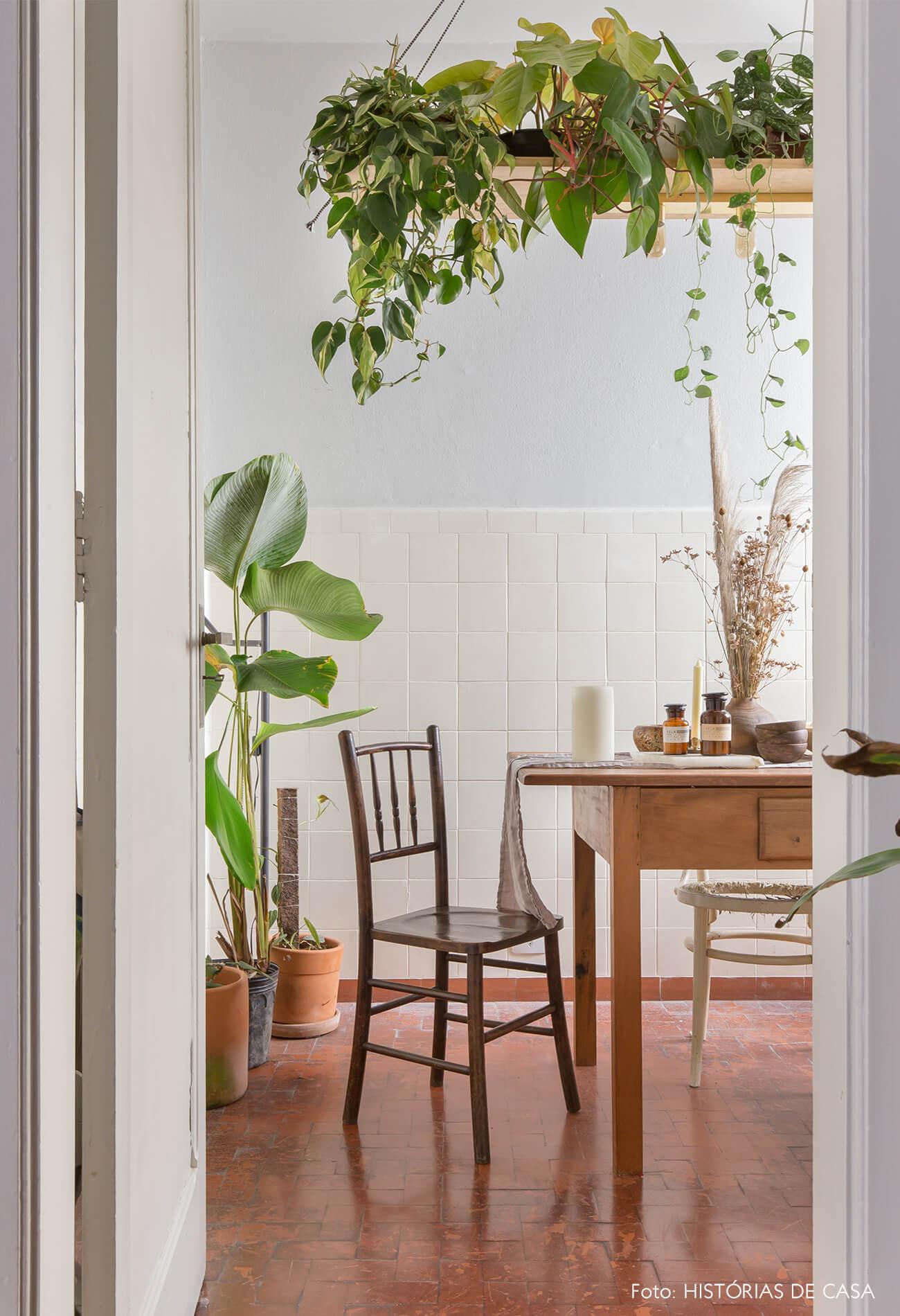 sala de jantar com paredes brancas e móveis de madeira e plantas