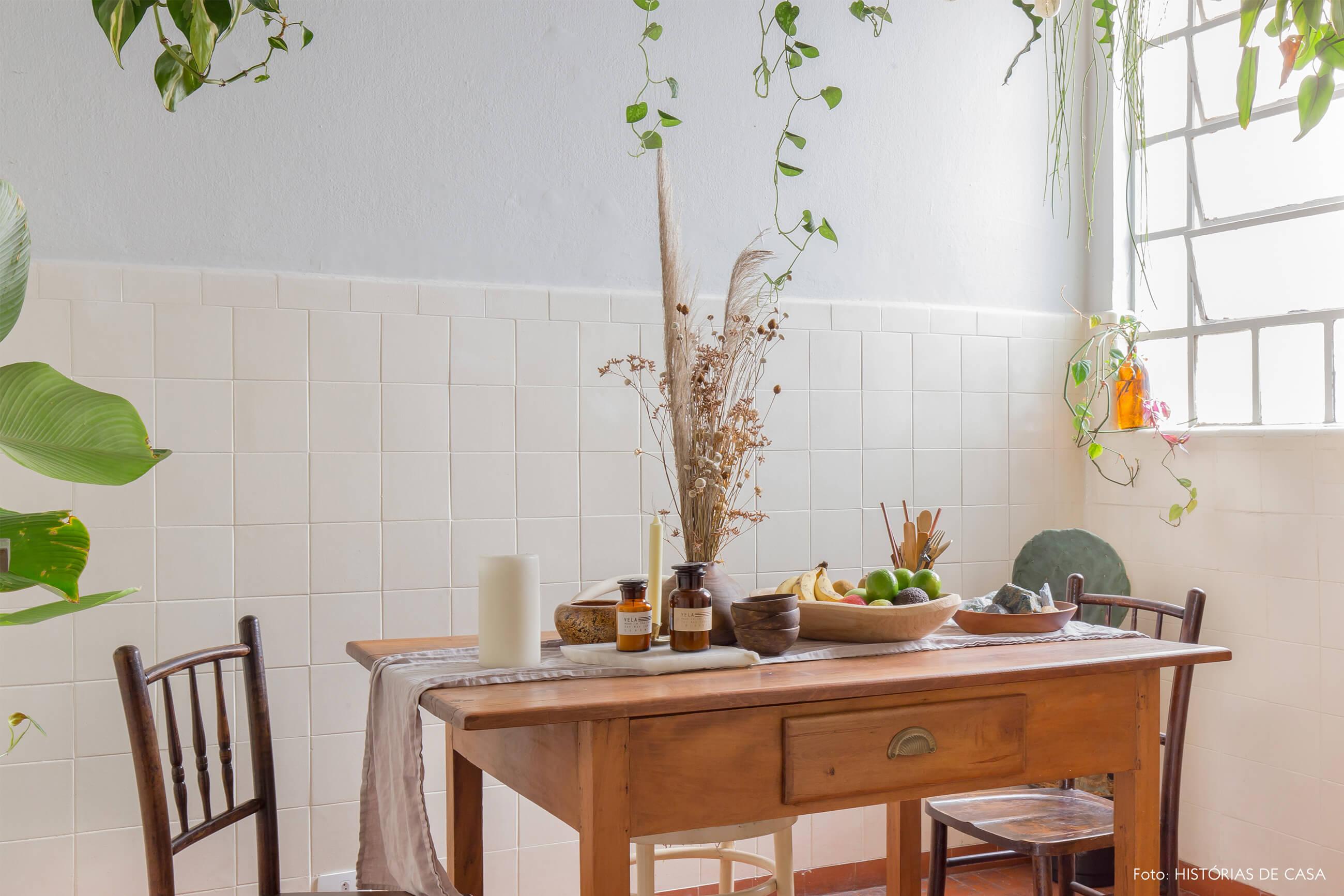 sala de jantar com cadeiras e mesa de madeira e plantas