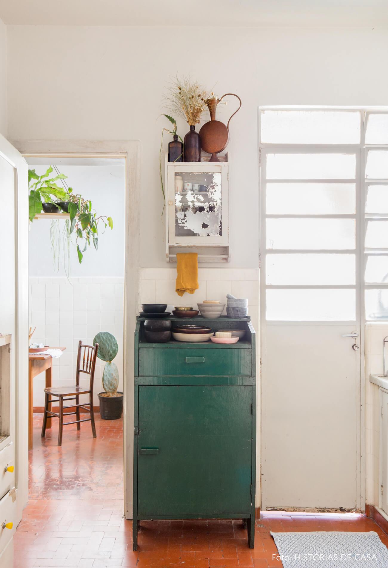 cozinha com armário verde e paredes brancas