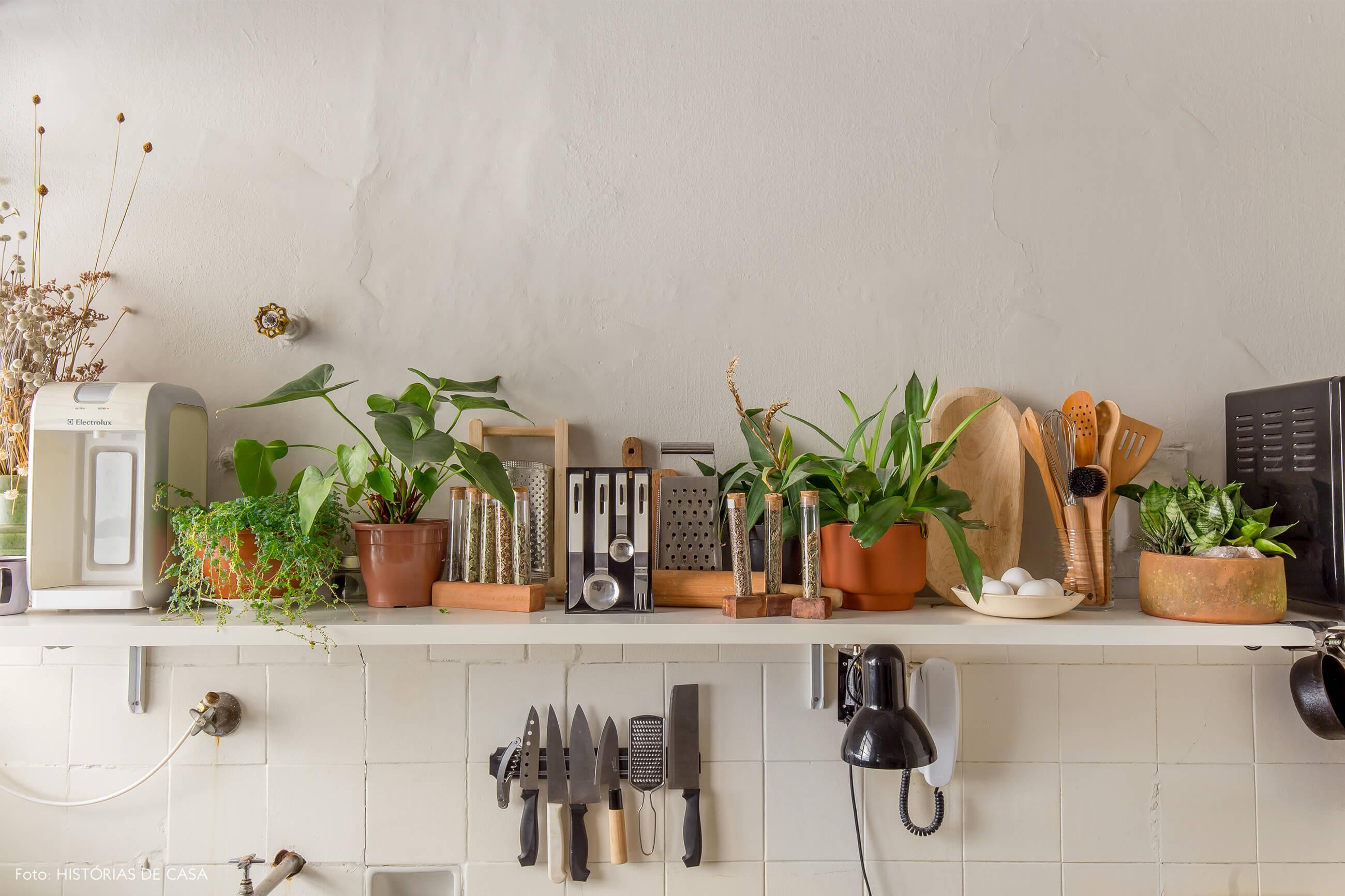 armário cozinha branco com utensílios e plantas