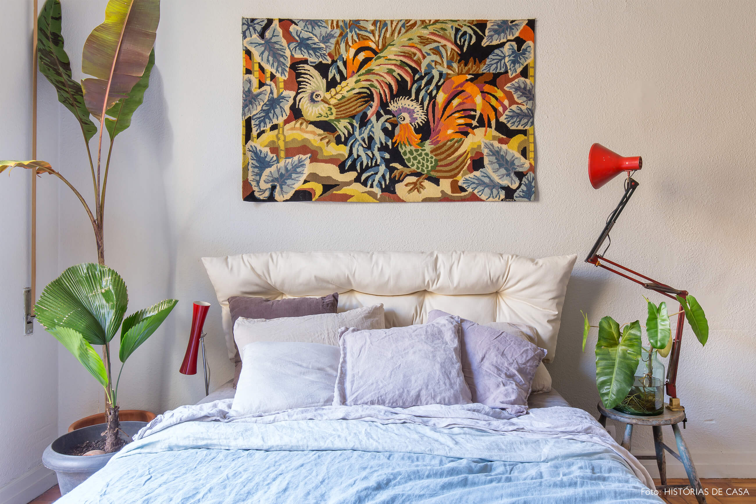 quarto cama lençol azul luminária vermelha