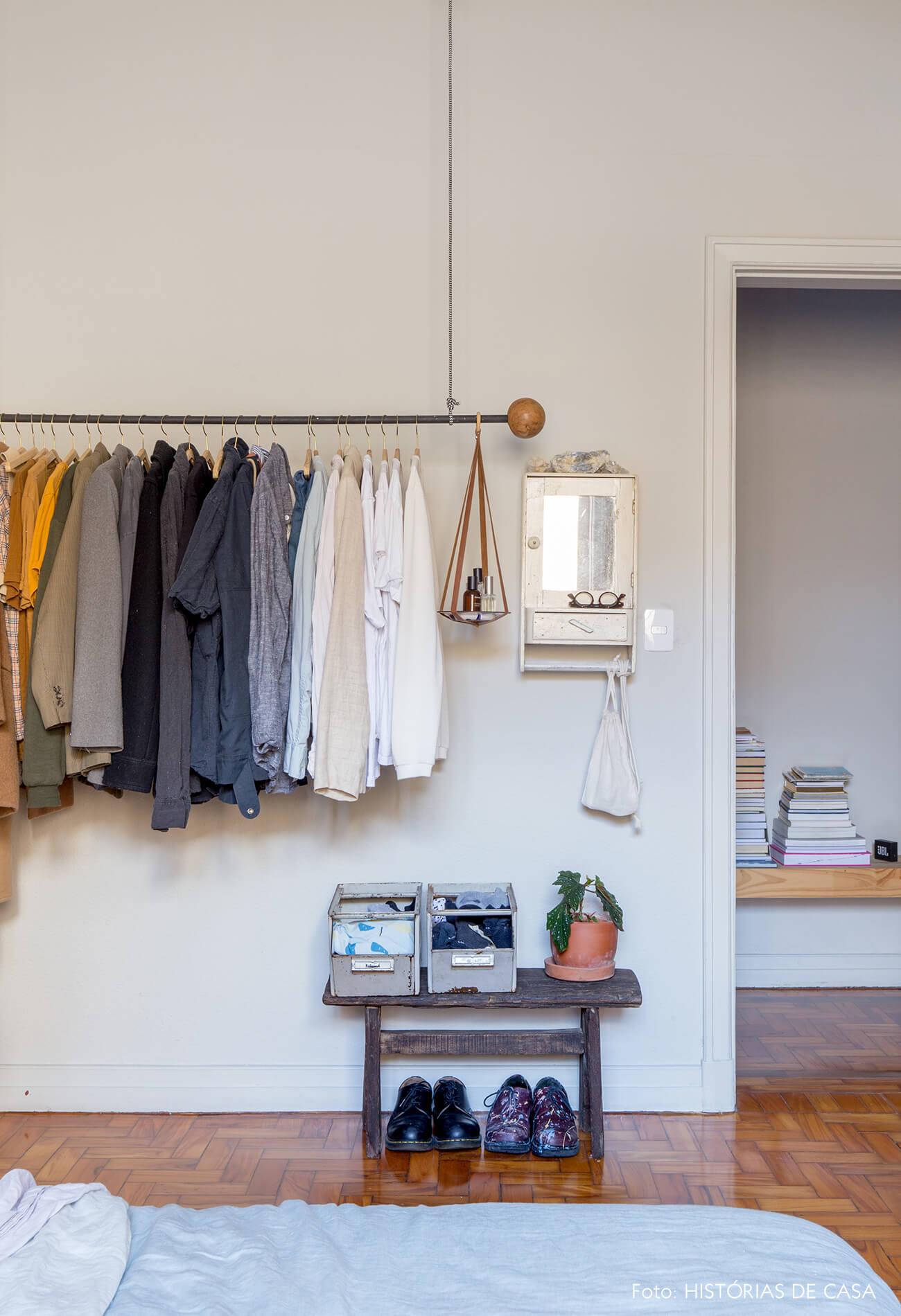 quarto piso de madeira e paredes brancas