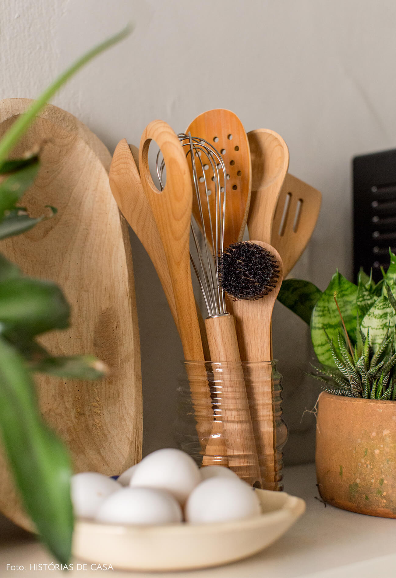 Detalhe cozinha utensílios madeira e plantas