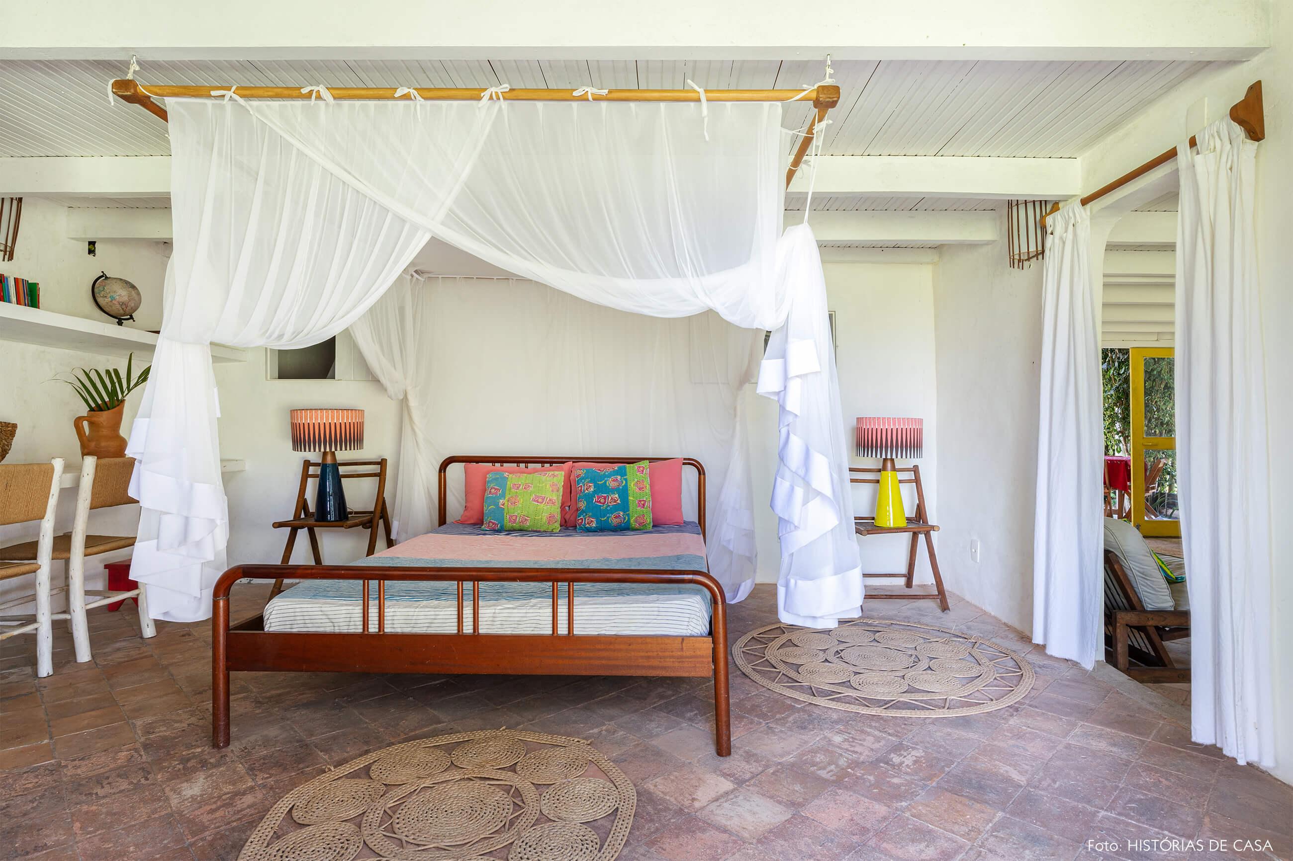 flavia-decoração-trancoso-quarto-com-moveis-de-madeira-e-tenda-branca