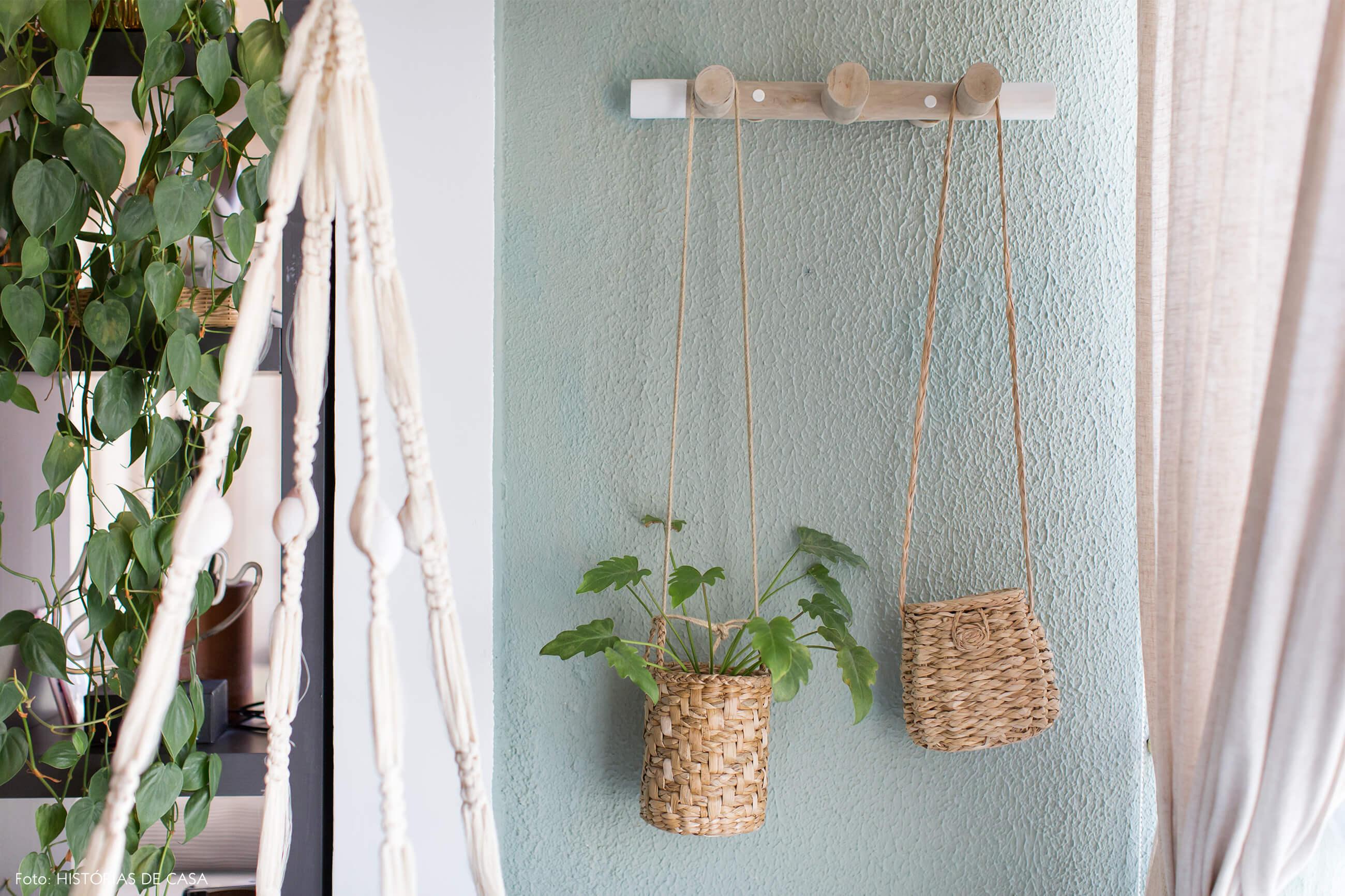 ju-cosi-decoração-parede-auzl-e-macrame-com-prateleira-de-madeira