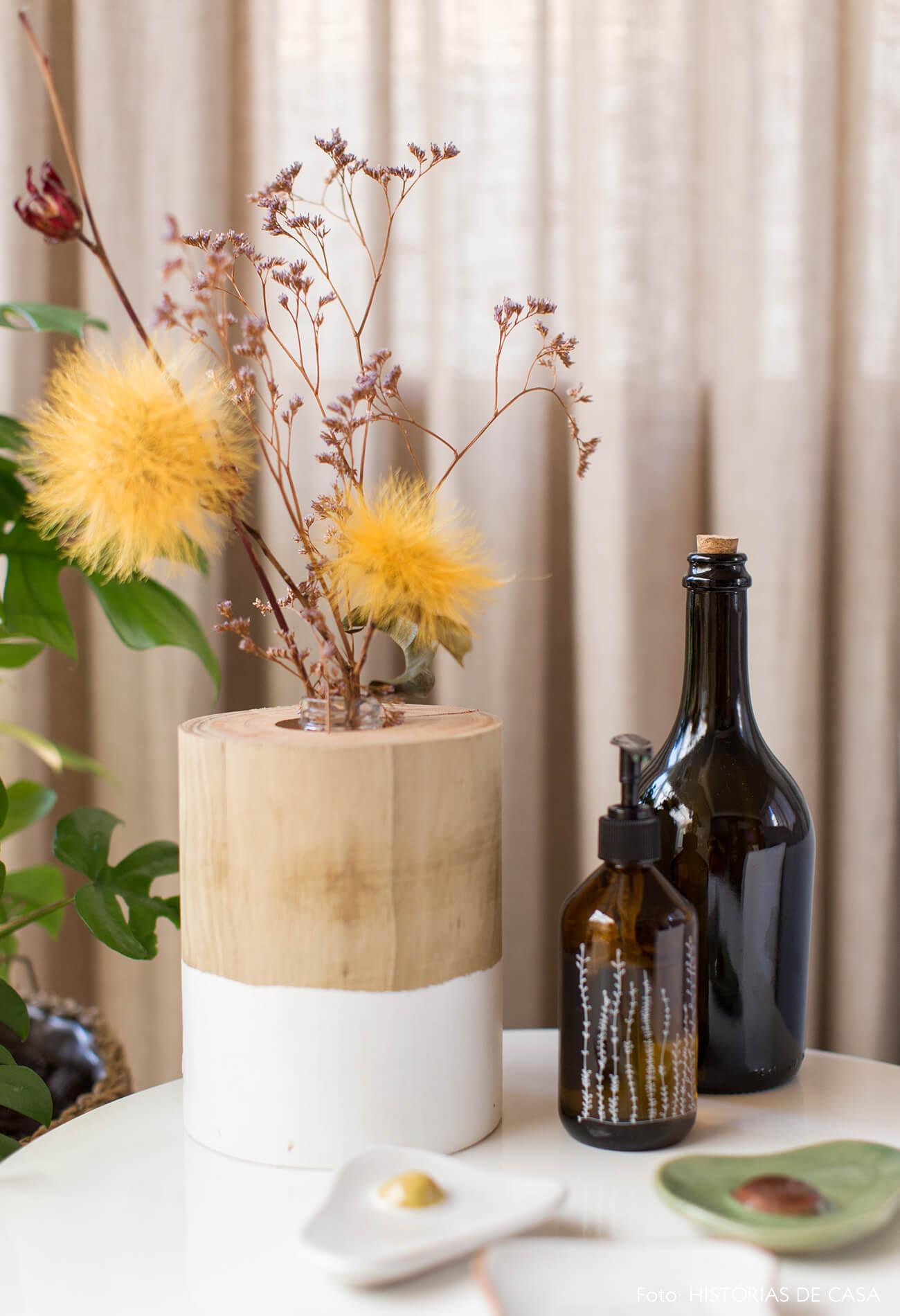 ju-cosi-decoração-detalhes-flores-e-garrafas