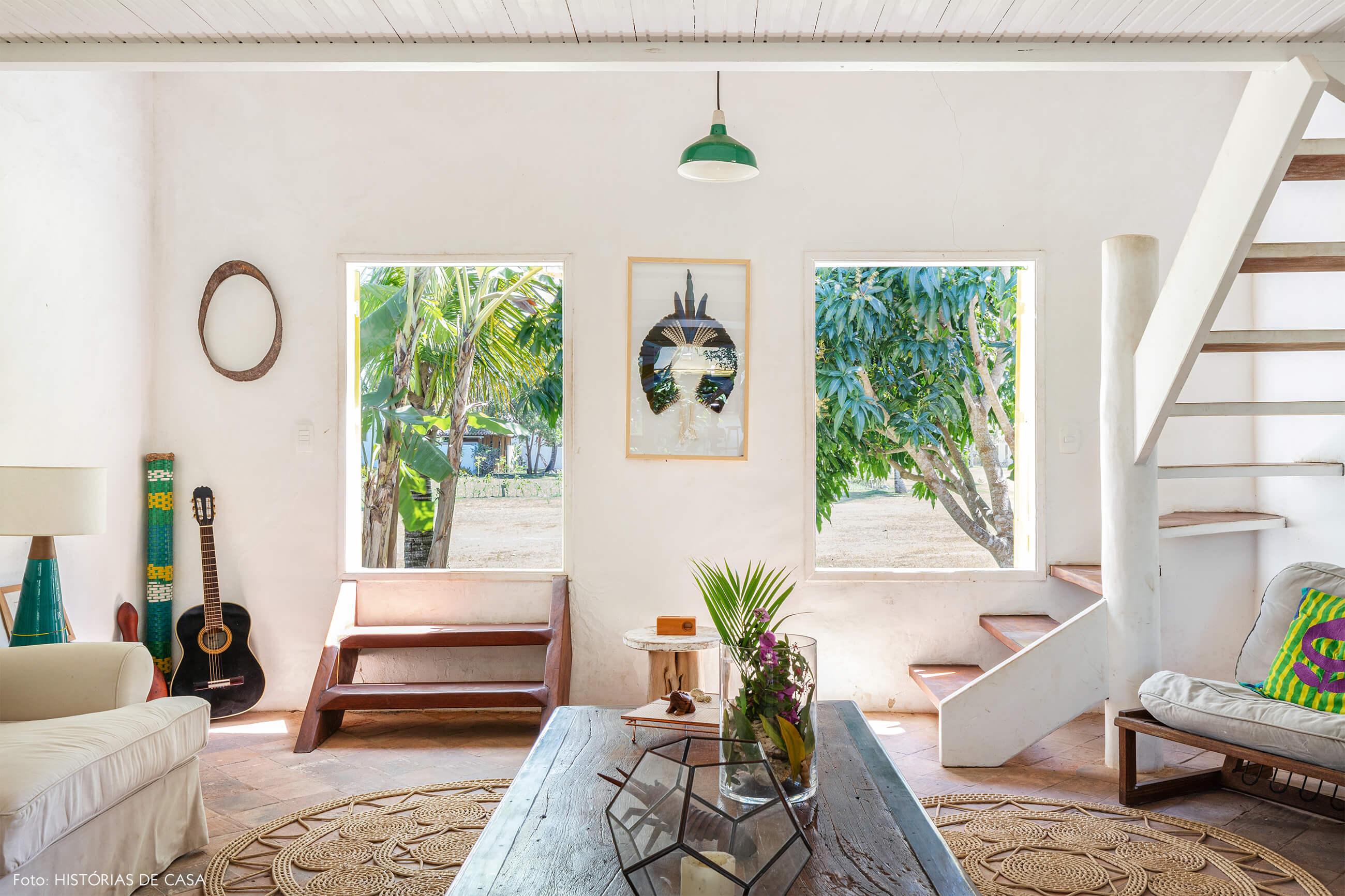 flavia-decoração-trancoso-sala-com-saida-para-varanda-e-moveis-de-madeira