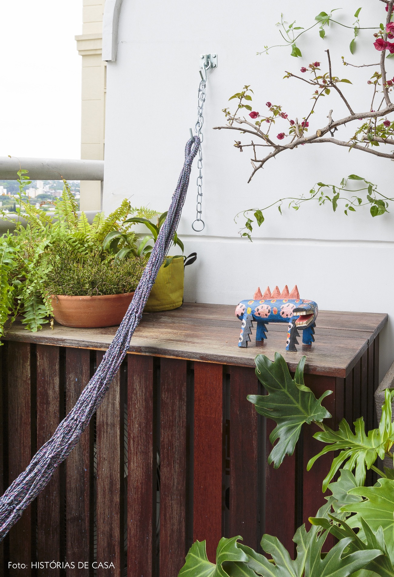 135-flavio-decoração-varanda-com-rede-e-escultura-bicho-2
