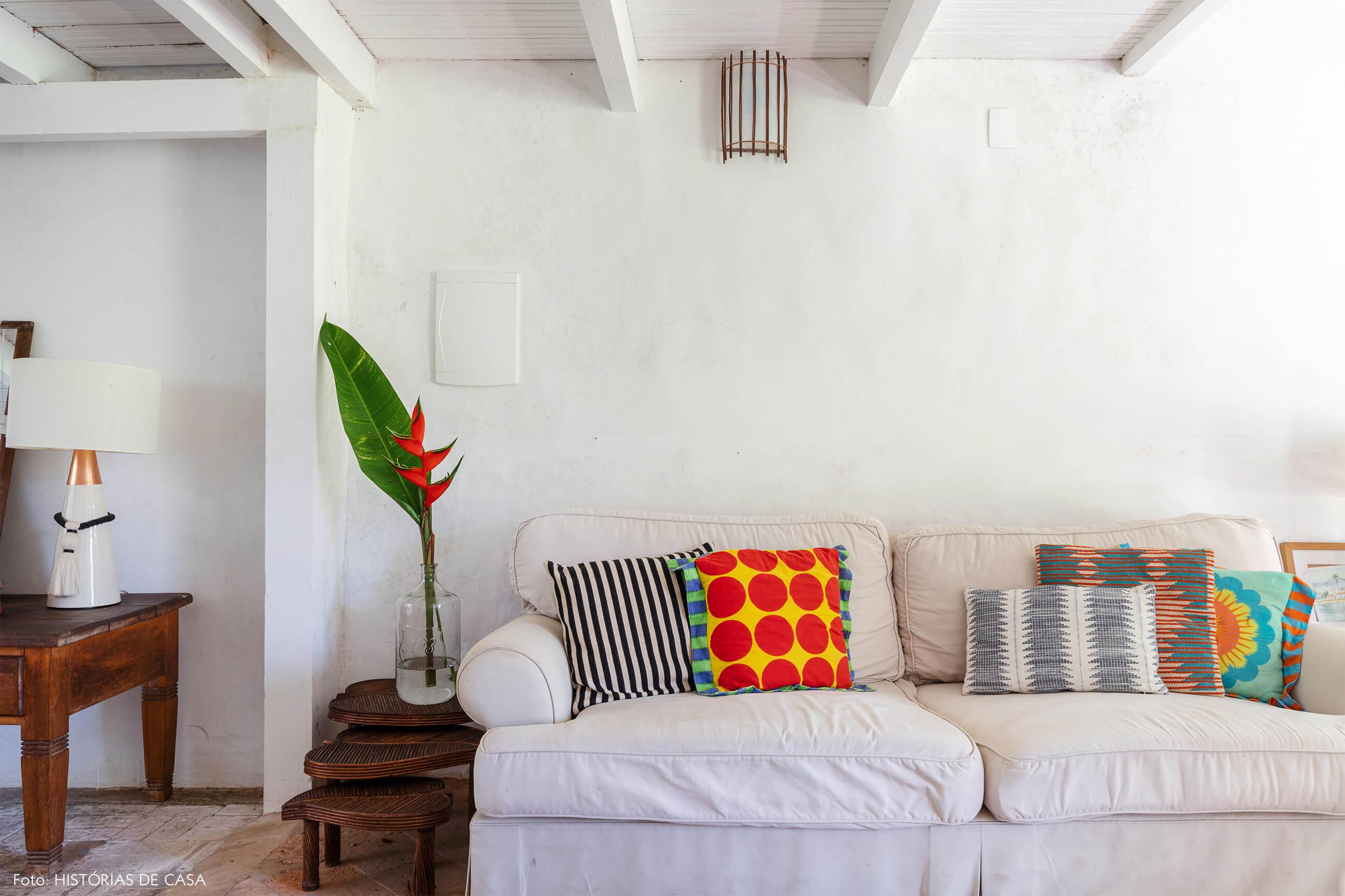 flavia-decoração-trancoso-sala-branca-com-moveis-de-madeira