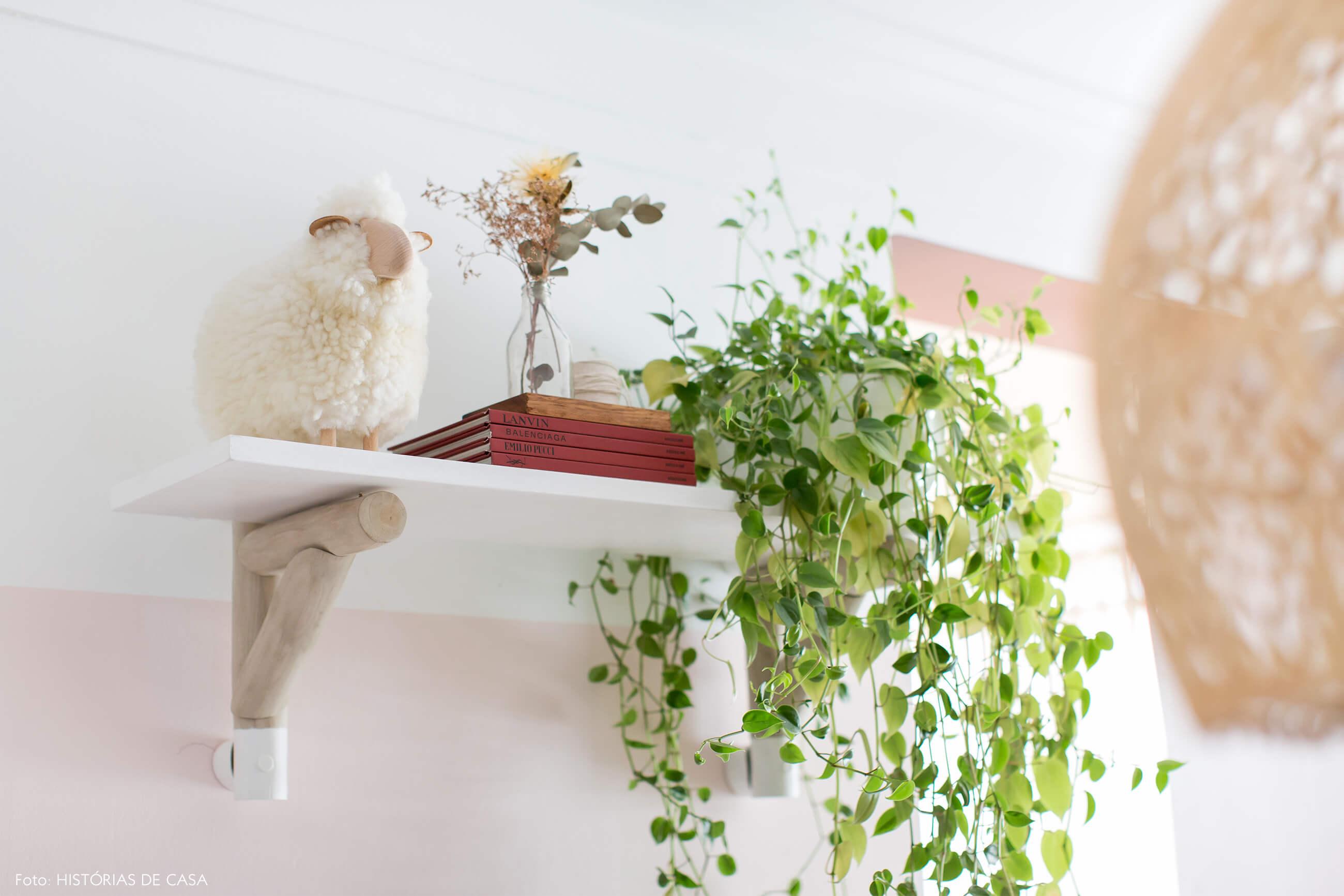 ju-cosi-decoração-prateleria-com-pes-de-madeira-clara