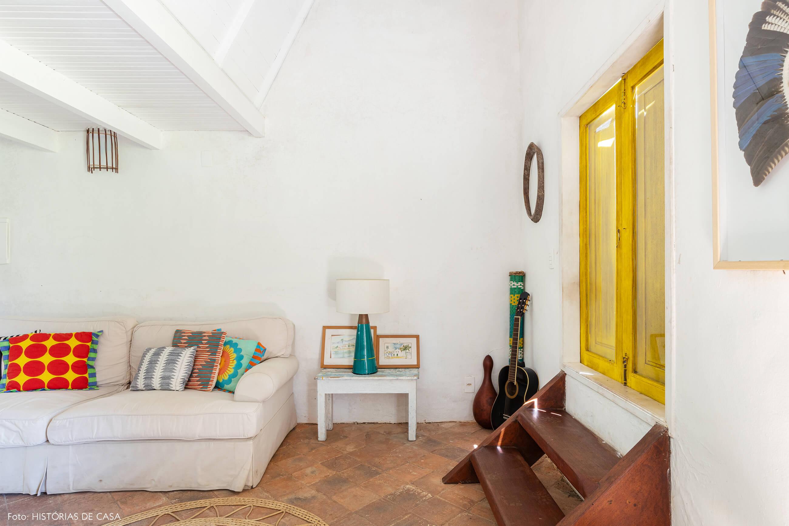 flavia-decoração-trancoso-sala-branca-com-janela-amarel
