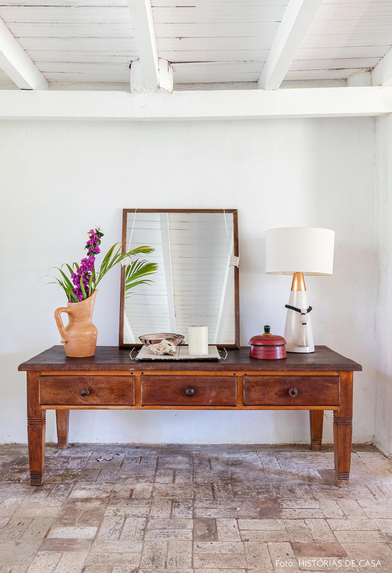 flavia-decoração-trancoso-sala-com-mesa-de-madeira-e-objetos-decorativos
