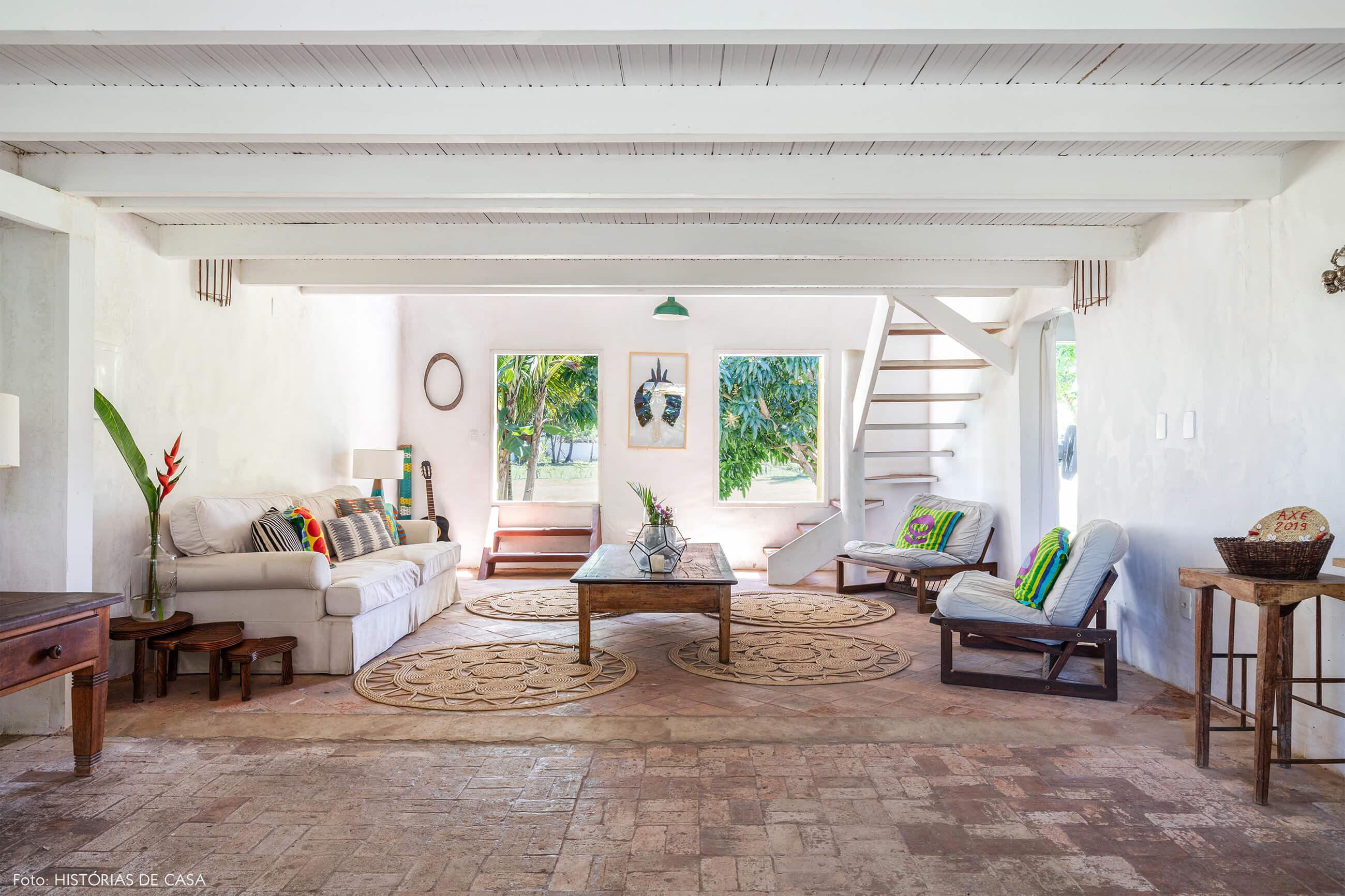 flavia-decoração-trancoso-sala-com-moveis-e-piso-de-madeira-bem-iluminado