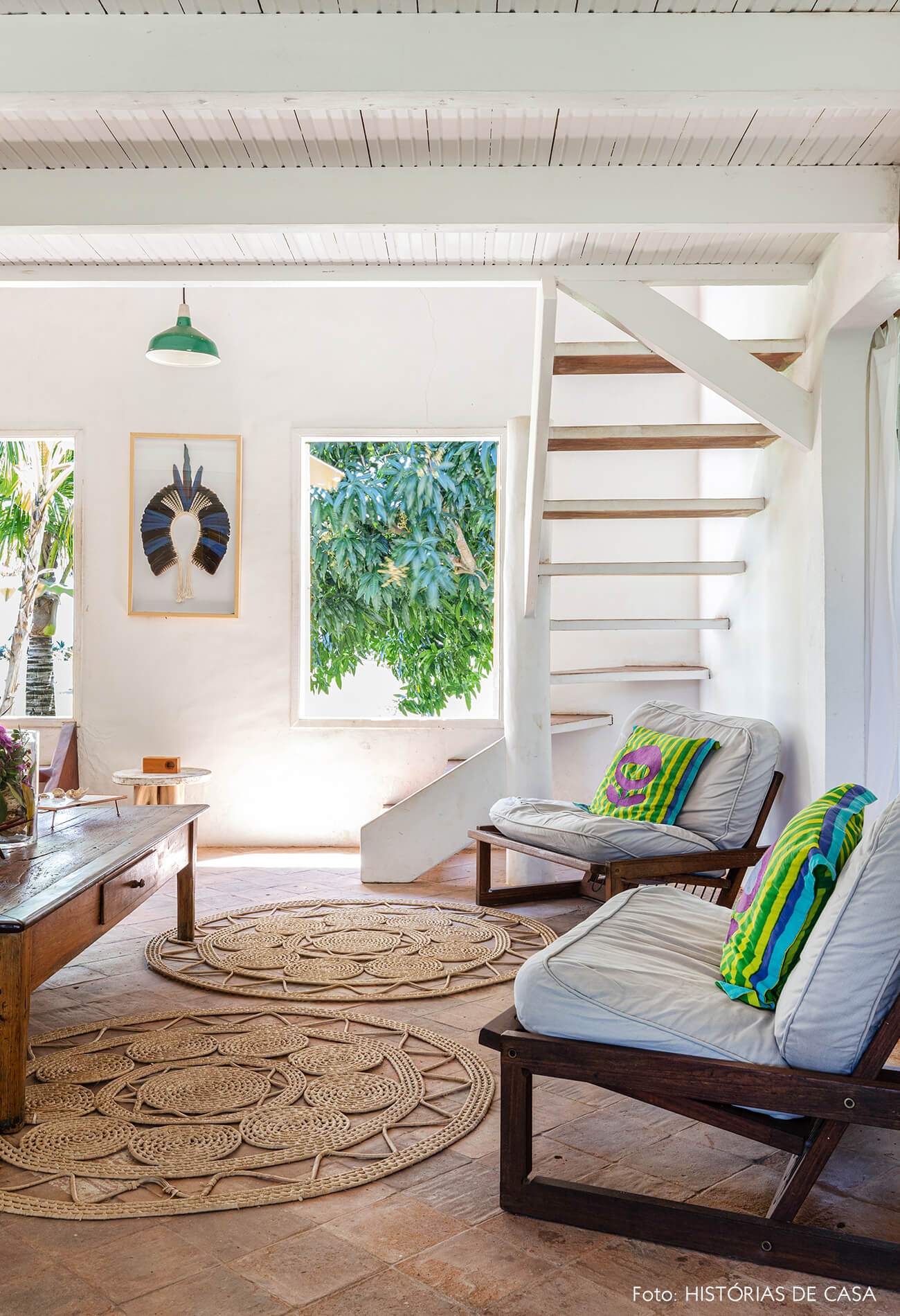 flavia-decoração-trancoso-sala-com-poltronas-brancas-e-detalhes-madeira