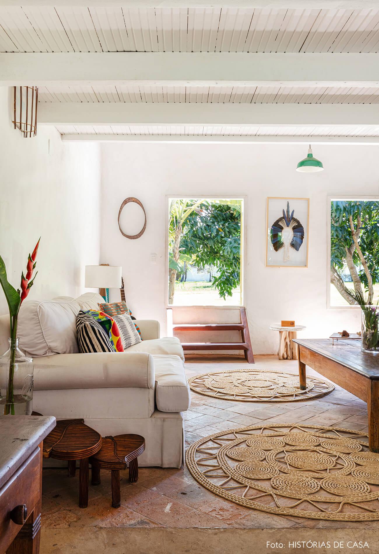 flavia-decoração-trancoso-sala-rustica-com-sofa-branca-e-detalhes-madeira
