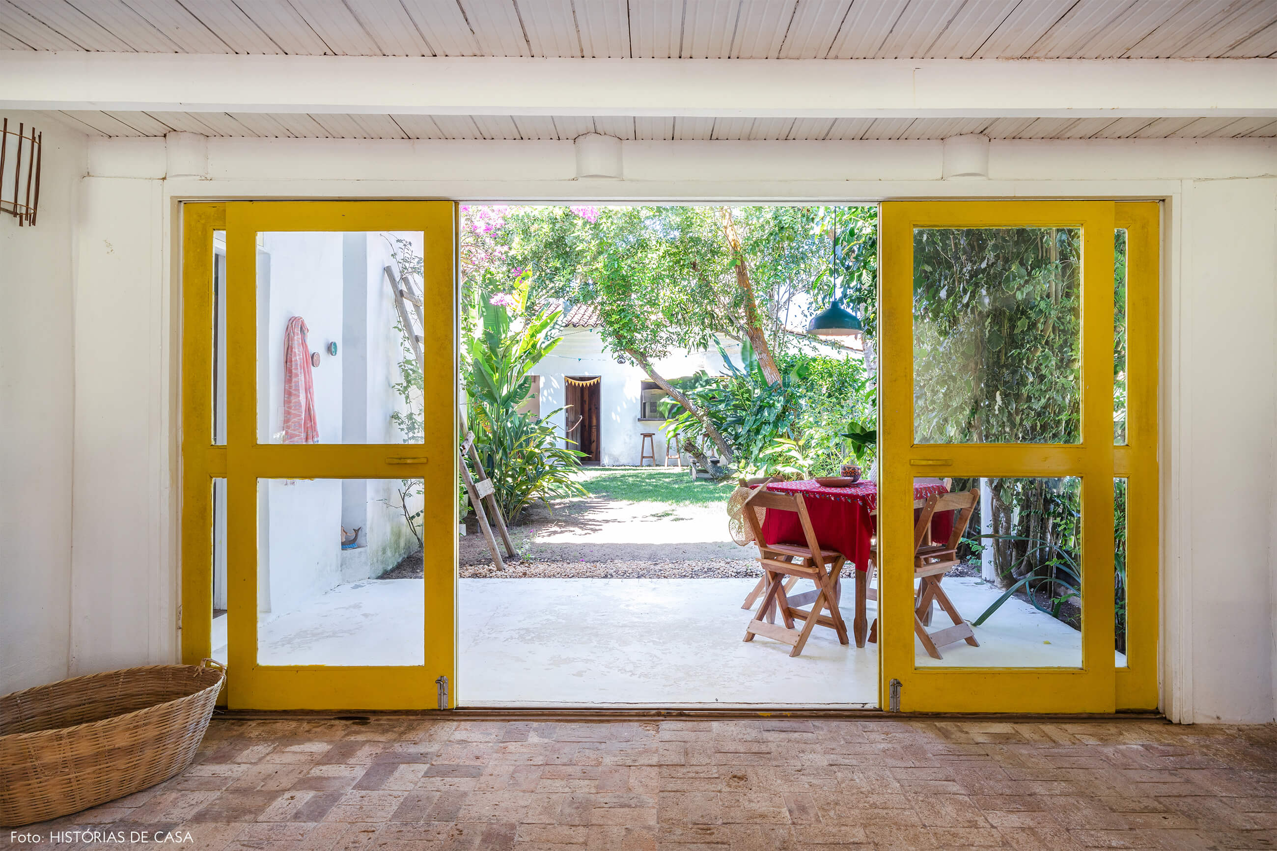 flavia-decoração-trancoso-varanda-com-porta-amarela