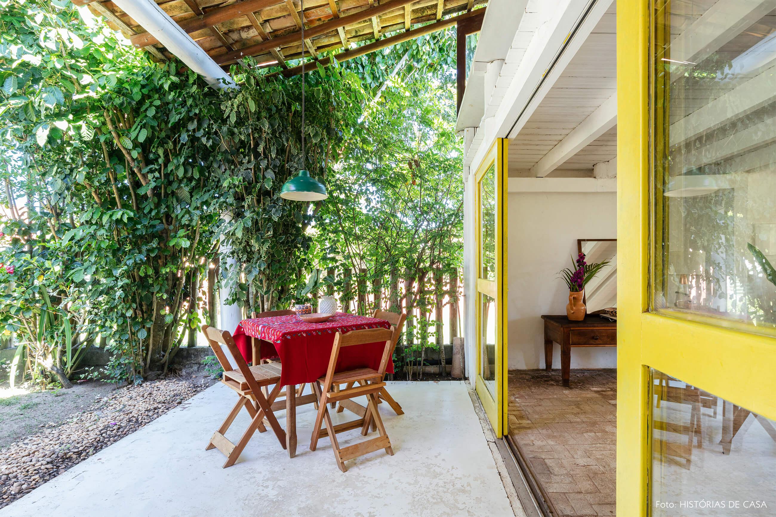 flavia-decoração-trancoso-varanda-com-mesa-de-madeira
