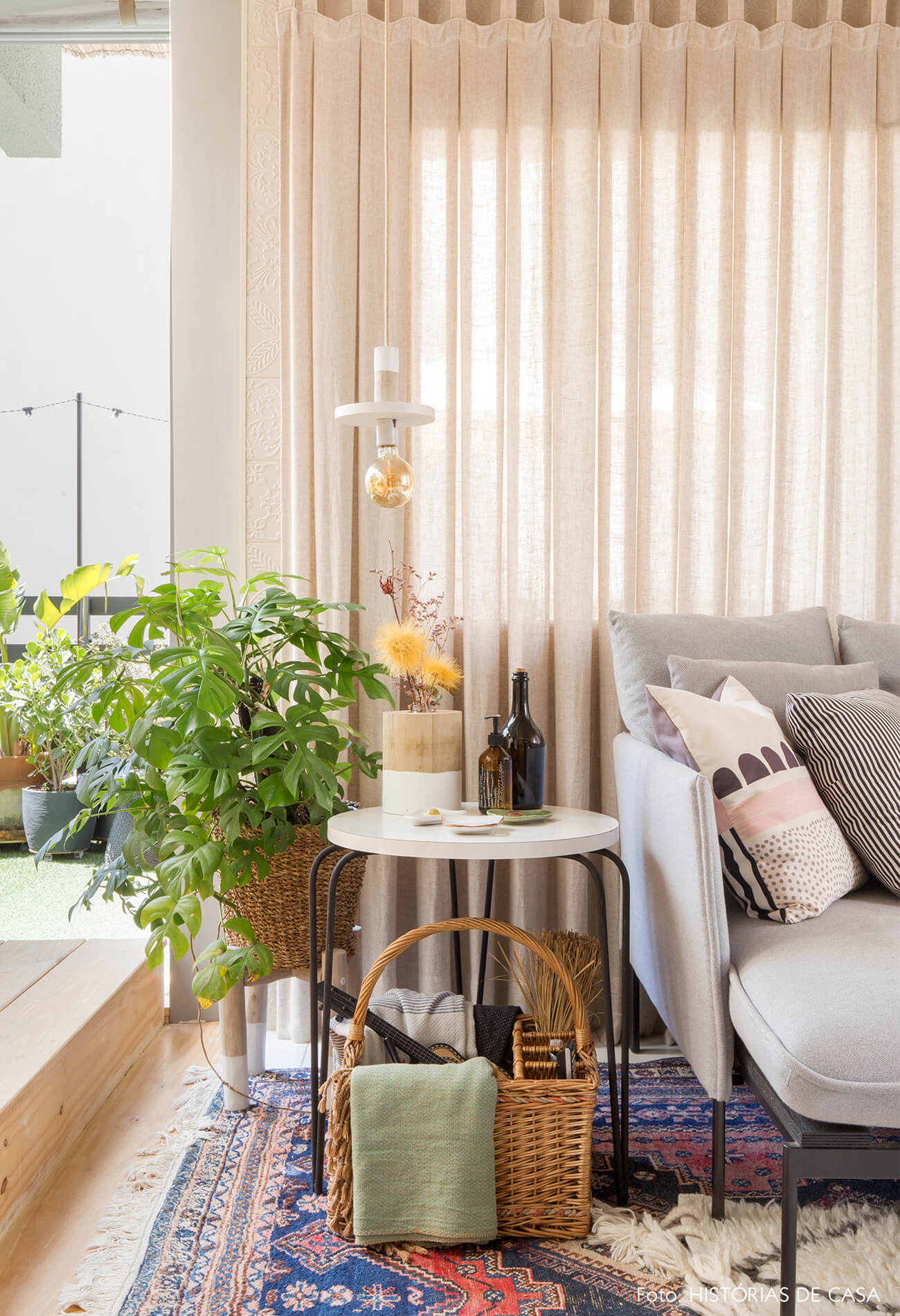 ju-cosi-decoração-sala-com-cesto-e-plantas