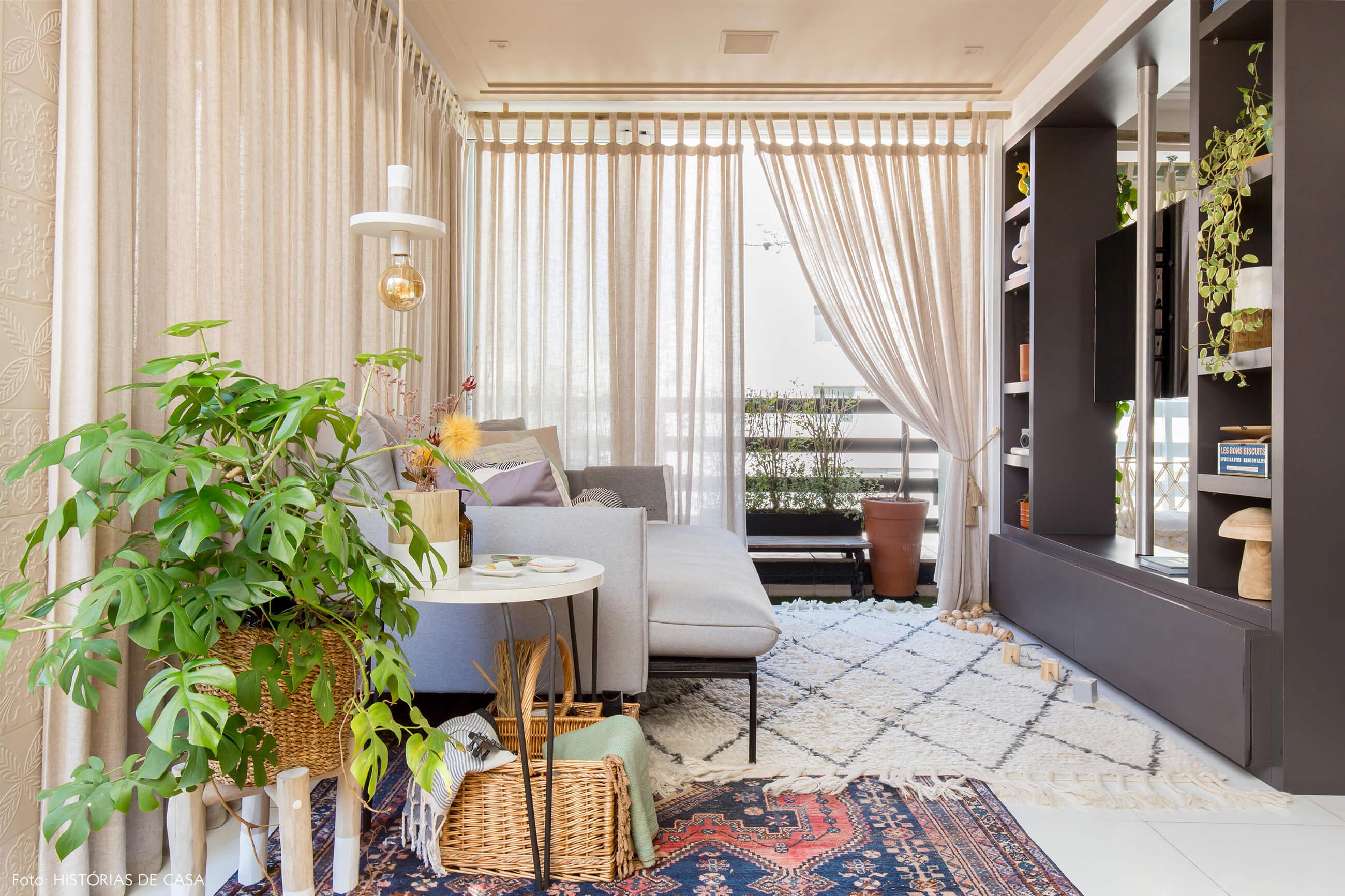ju-cosi-decoração-sala-com-rack-preto-e-sofa-cinza