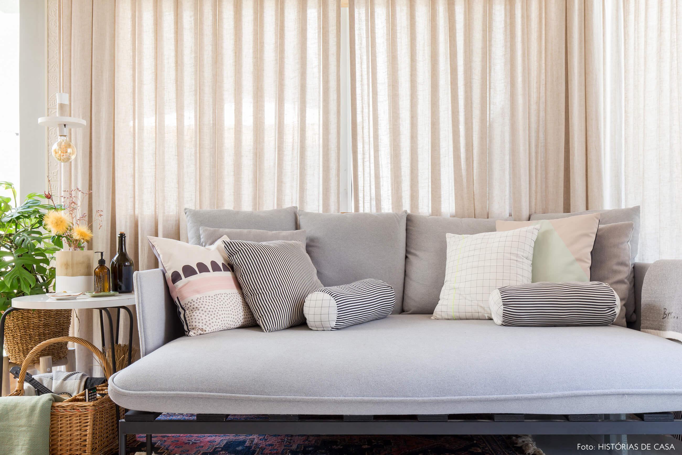 ju-cosi-decoração-sala-com-sofa-cinza
