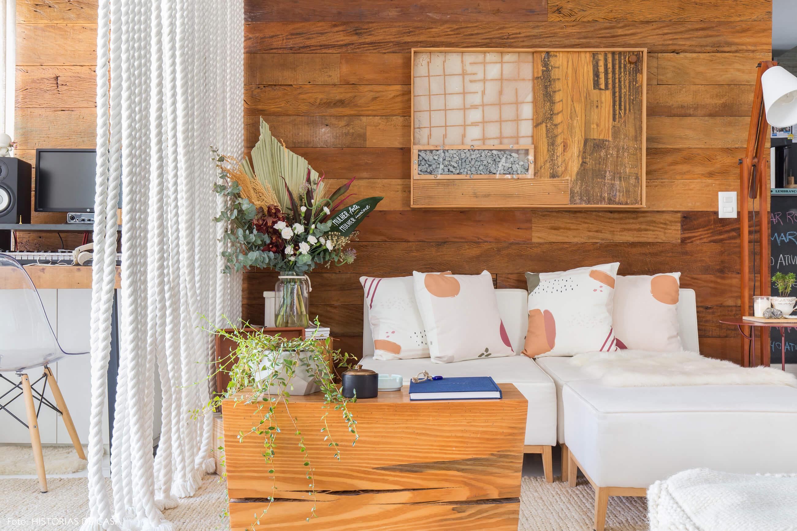 ju-cosi-decoração-sala-paredes-e-moveis-madeira