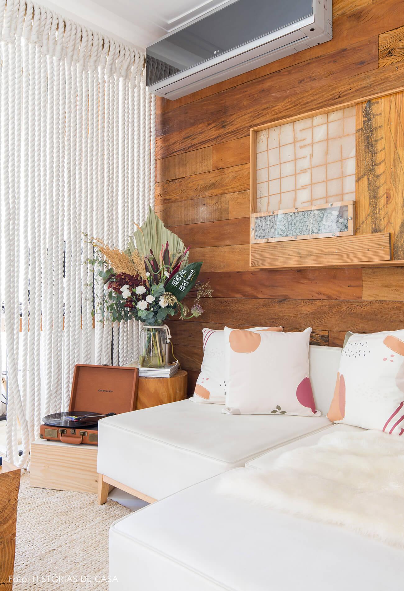 ju-cosi-decoração-sala-parede-de-madeira-e-almofadas-estampadas