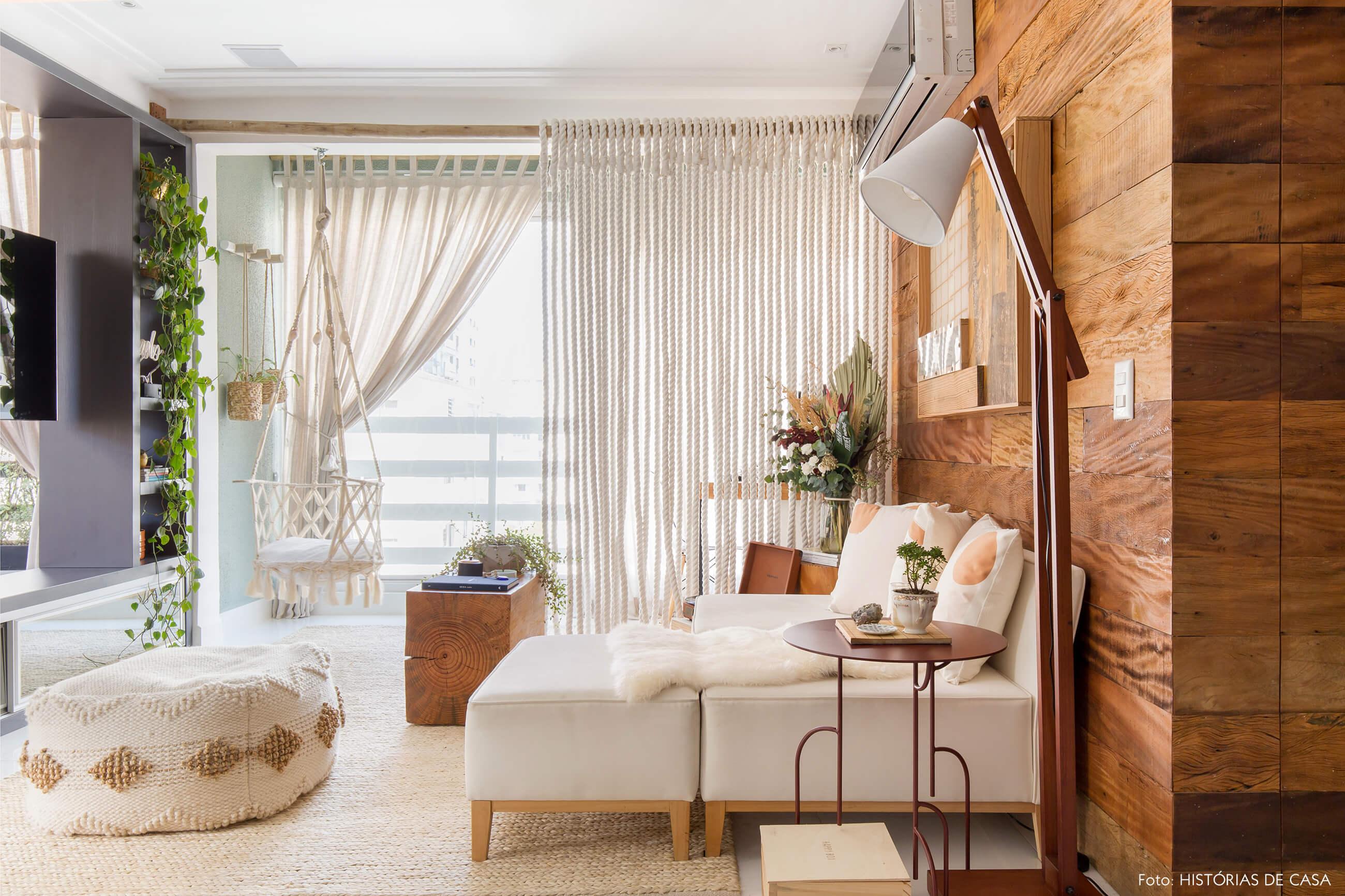 sala-parede-e-mveis-madeira-e-sofa-branco