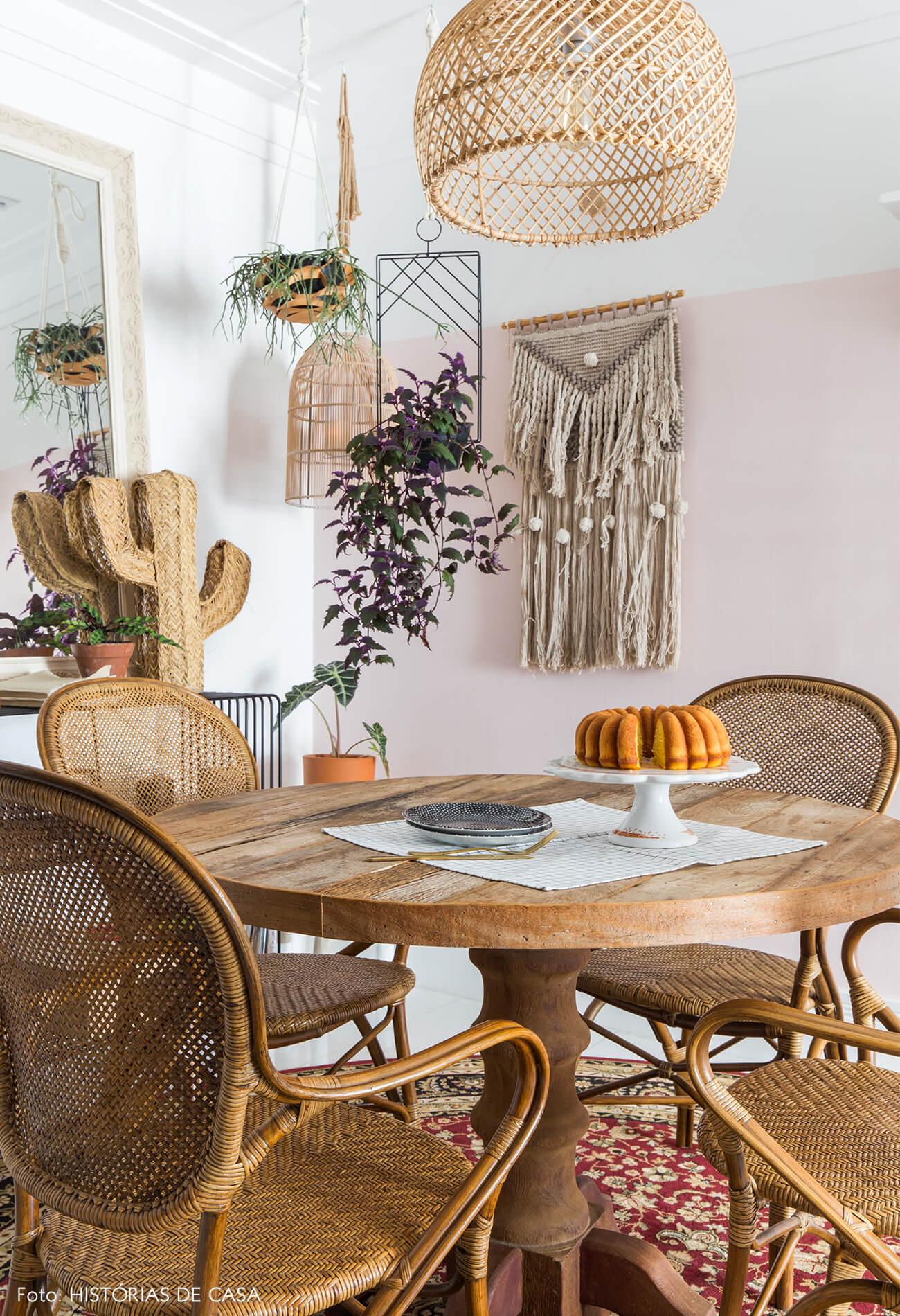 ju-cosi-decoração-mesa-madeira-e-cadeira-palha