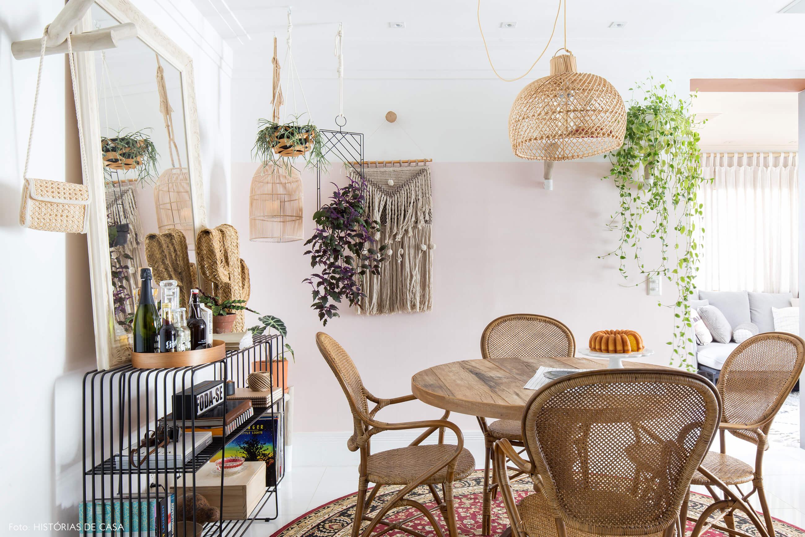 -ju-cosi-decoração-sala-jantar-cadeiras-e-luminaria-de-palha