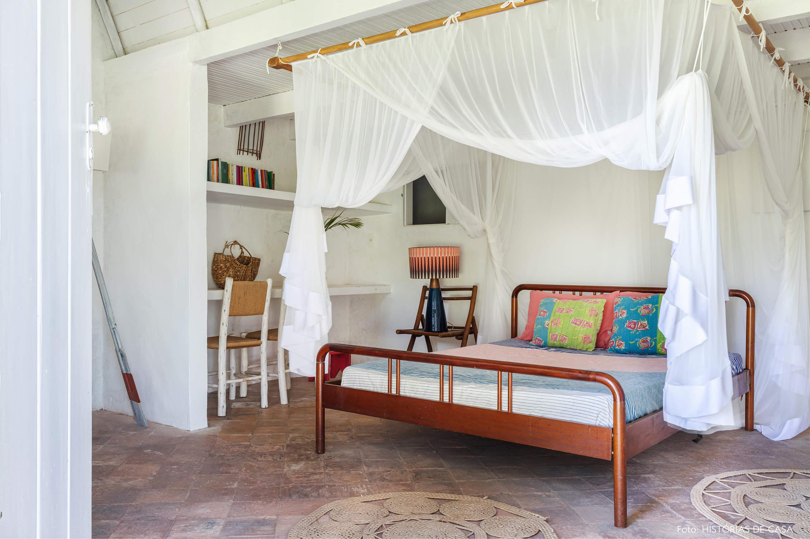flavia-decoração-trancoso-quarto-com-cama-e-cadeiras-de-madeira