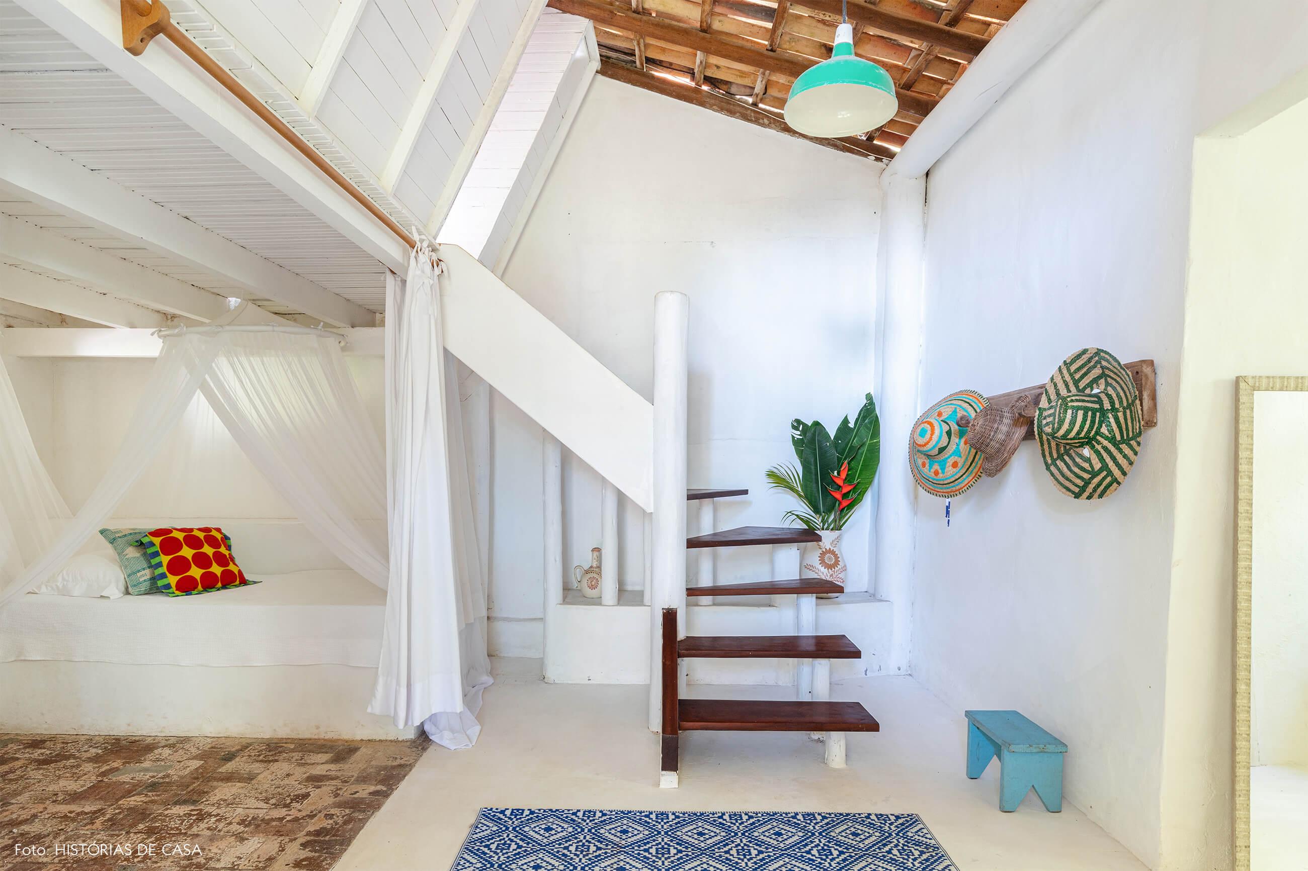 flavia-decoração-trancoso-quarto-branco-amplo-com-tapete-azu