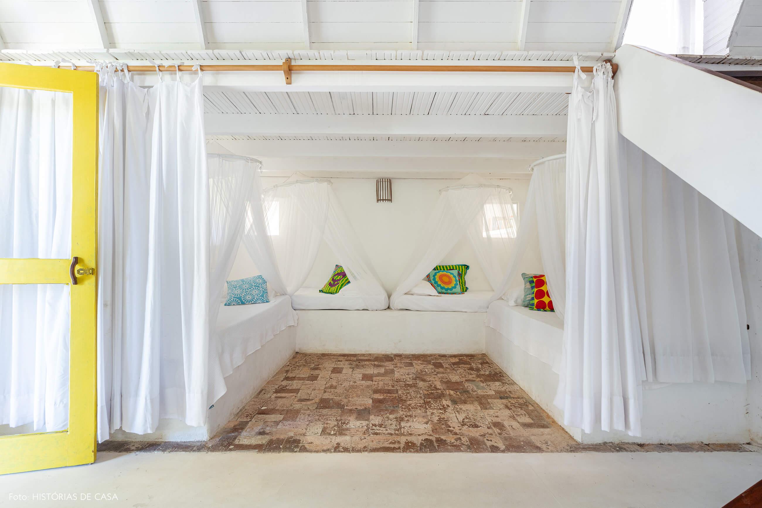 flavia-decoração-trancoso-quarto-branco-com-porta-amarela