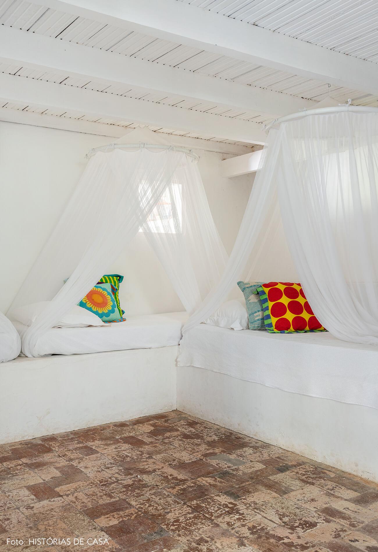 flavia-decoração-trancoso-quarto-com-tendas-brancas