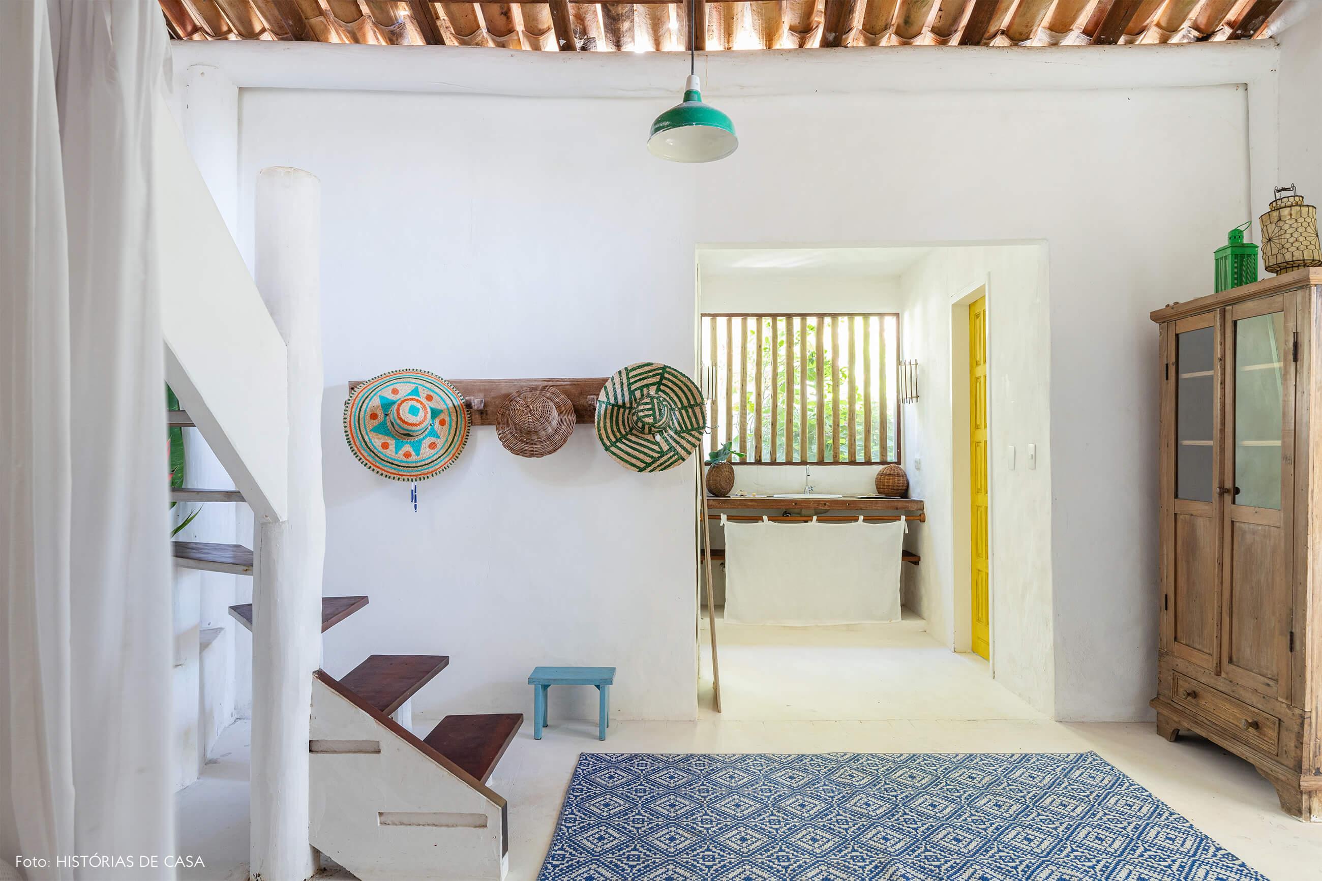 flavia-decoração-trancoso-corredor-branco-com-cabideiro-e-armario-de-madeir