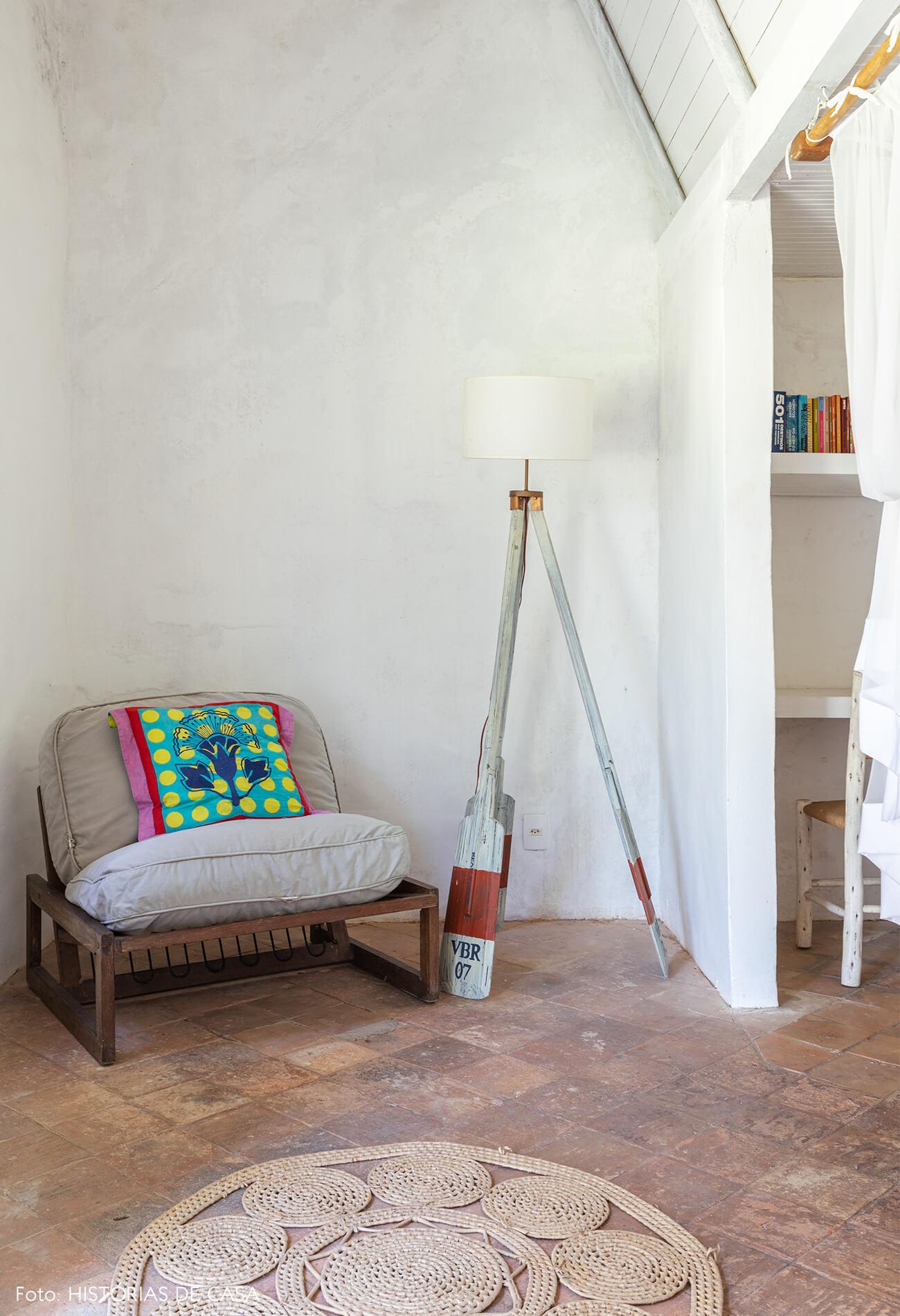 flavia-decoração-trancoso-quarto-com-poltrona-e-luminaria-remo