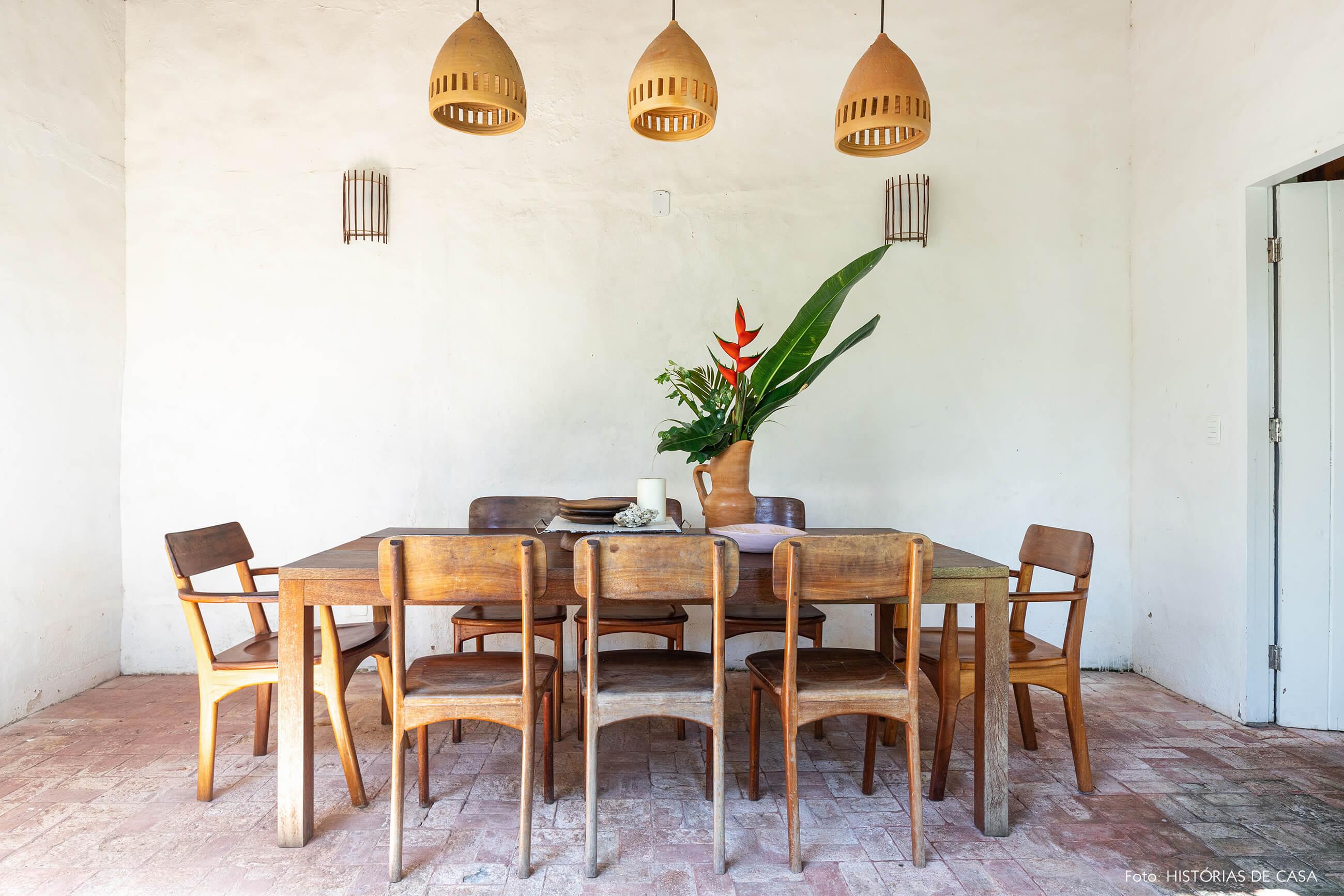 flavia-decoração-trancoso-sala-jantar-com-moveis-de-madeira