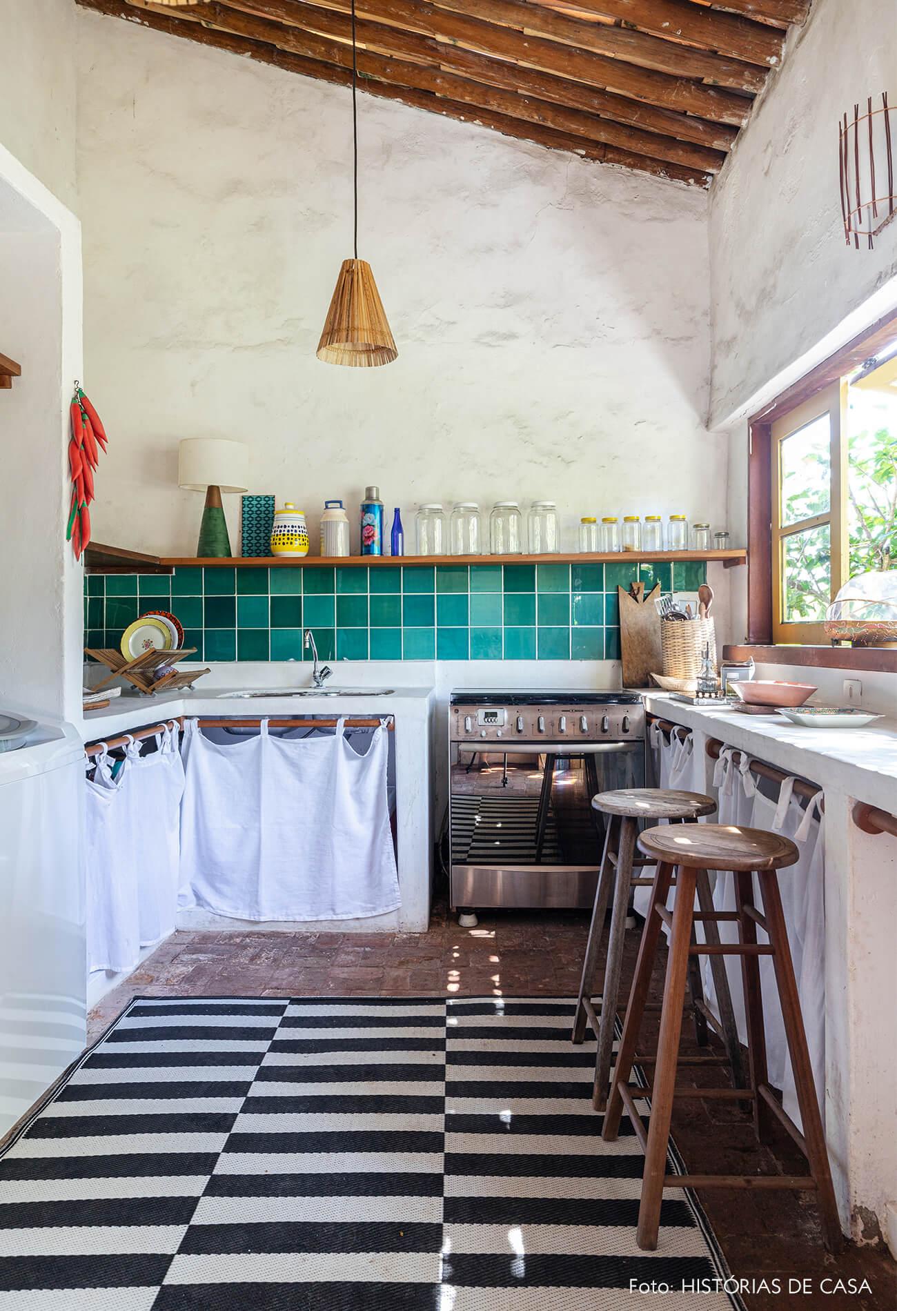 flavia-decoração-trancoso-cozinha-com-tapete-listrado-e-azulejo-verde