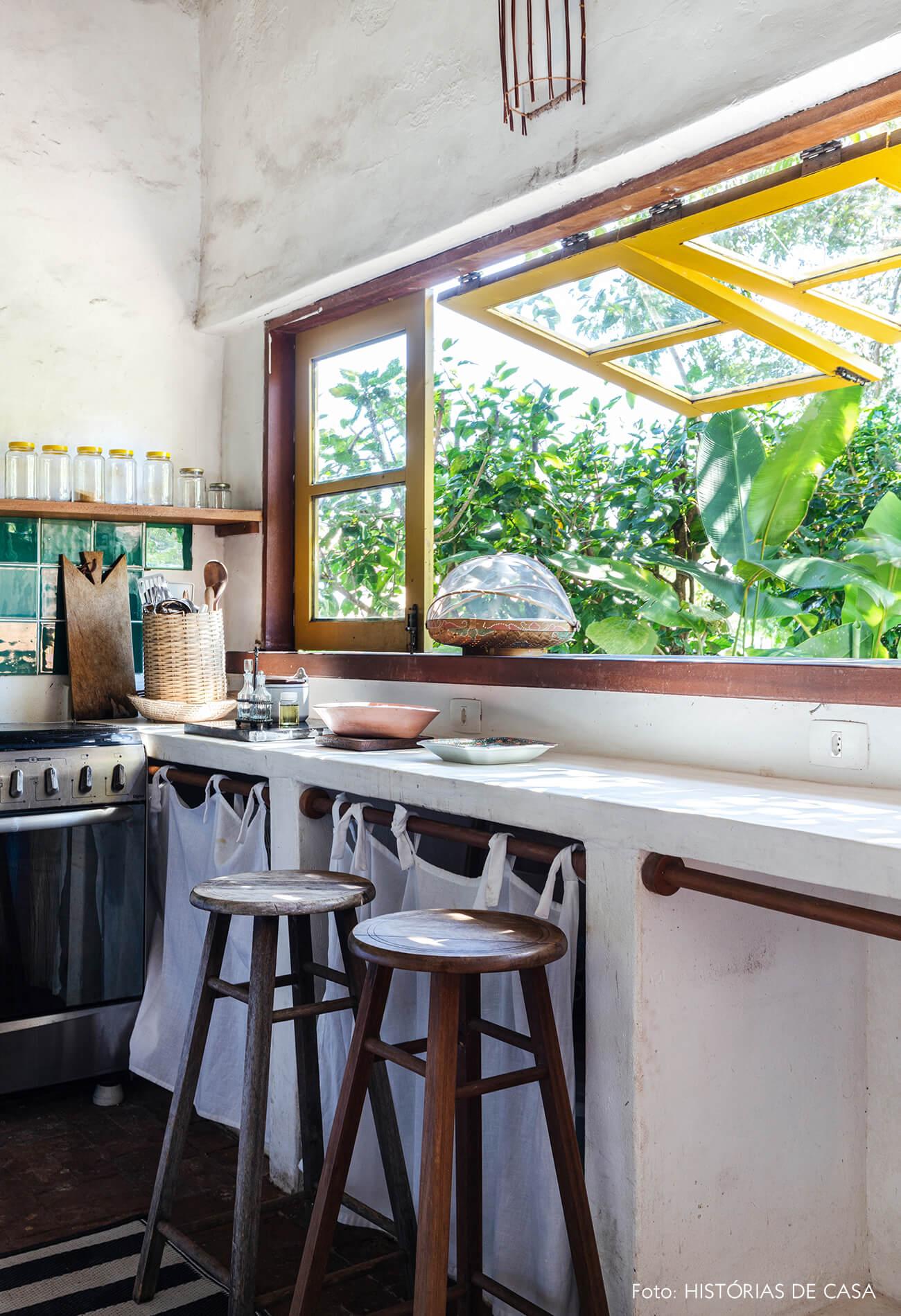 flavia-decoração-trancoso-cozinha-com-vista-para-jardim