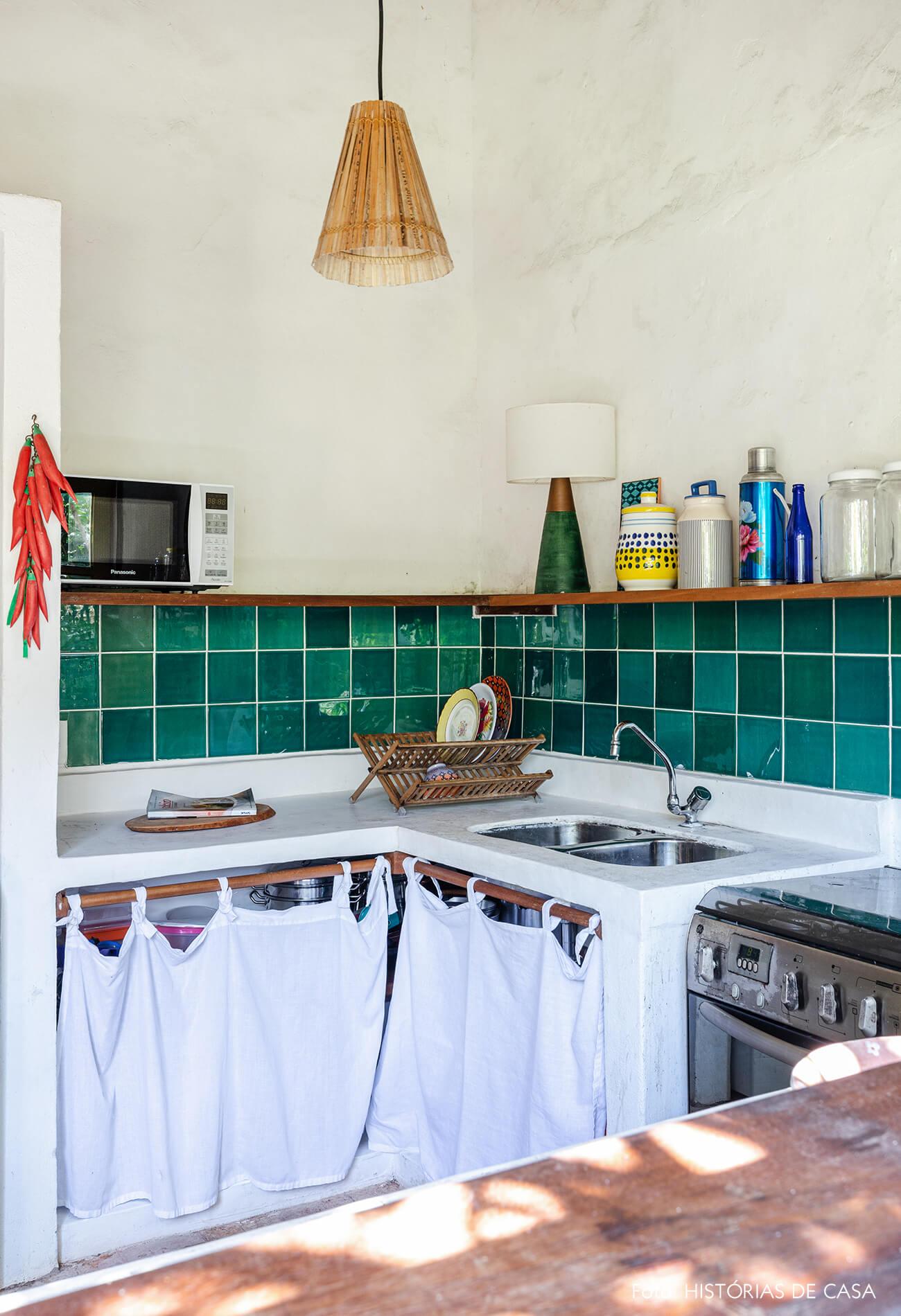 flavia-decoração-trancoso-cozinha-com-azulejos-verdes